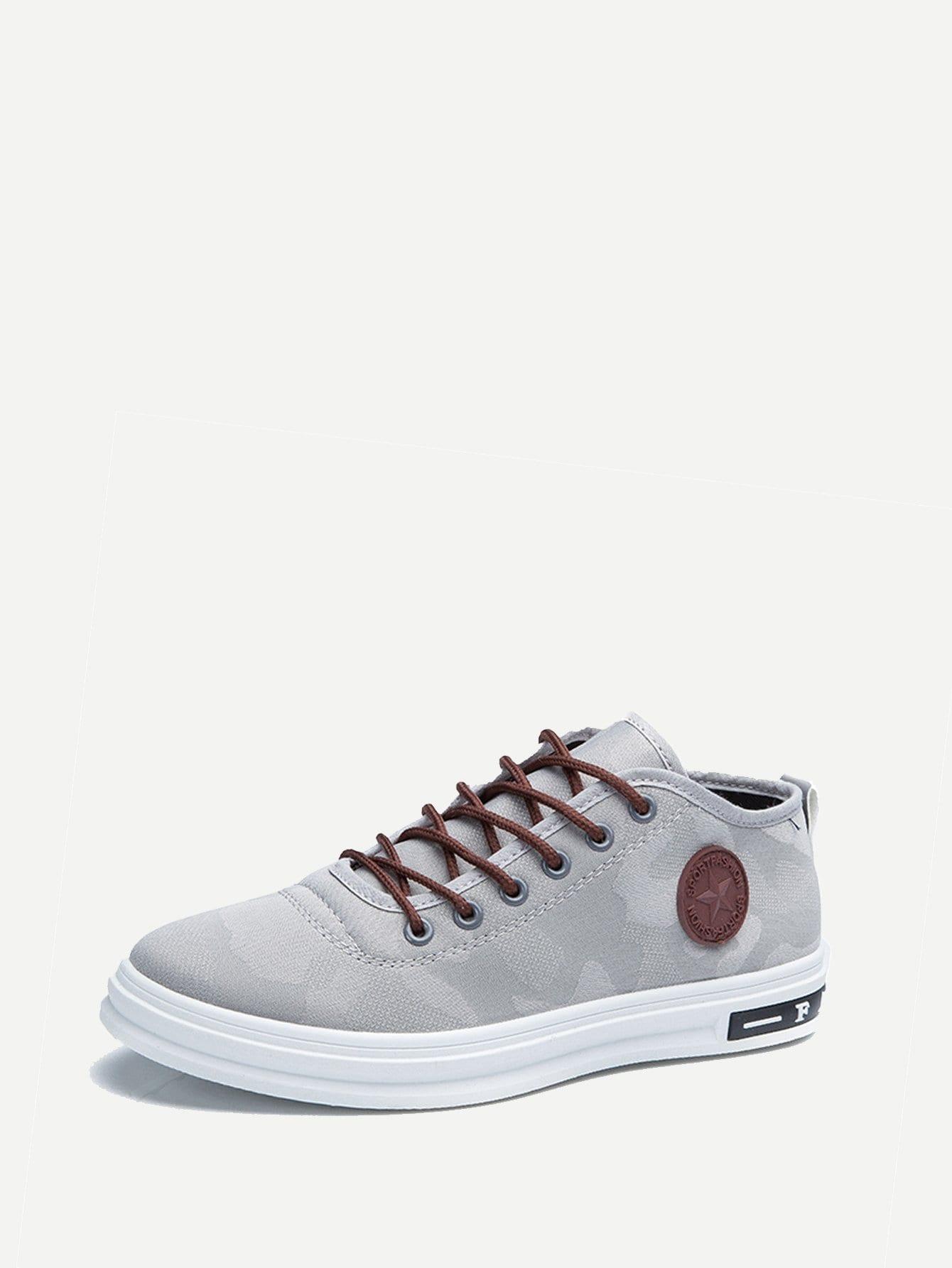Фото - Мужские кожаные кроссовки с шнурками от SheIn серого цвета