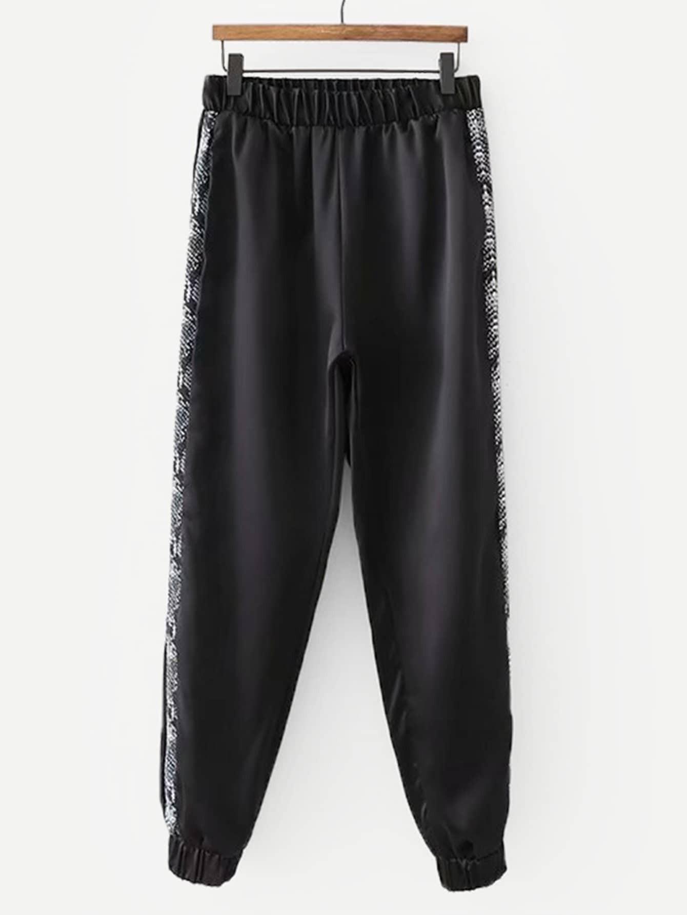 Фото - Контрастные брюки с принтом змеиным от SheIn черного цвета