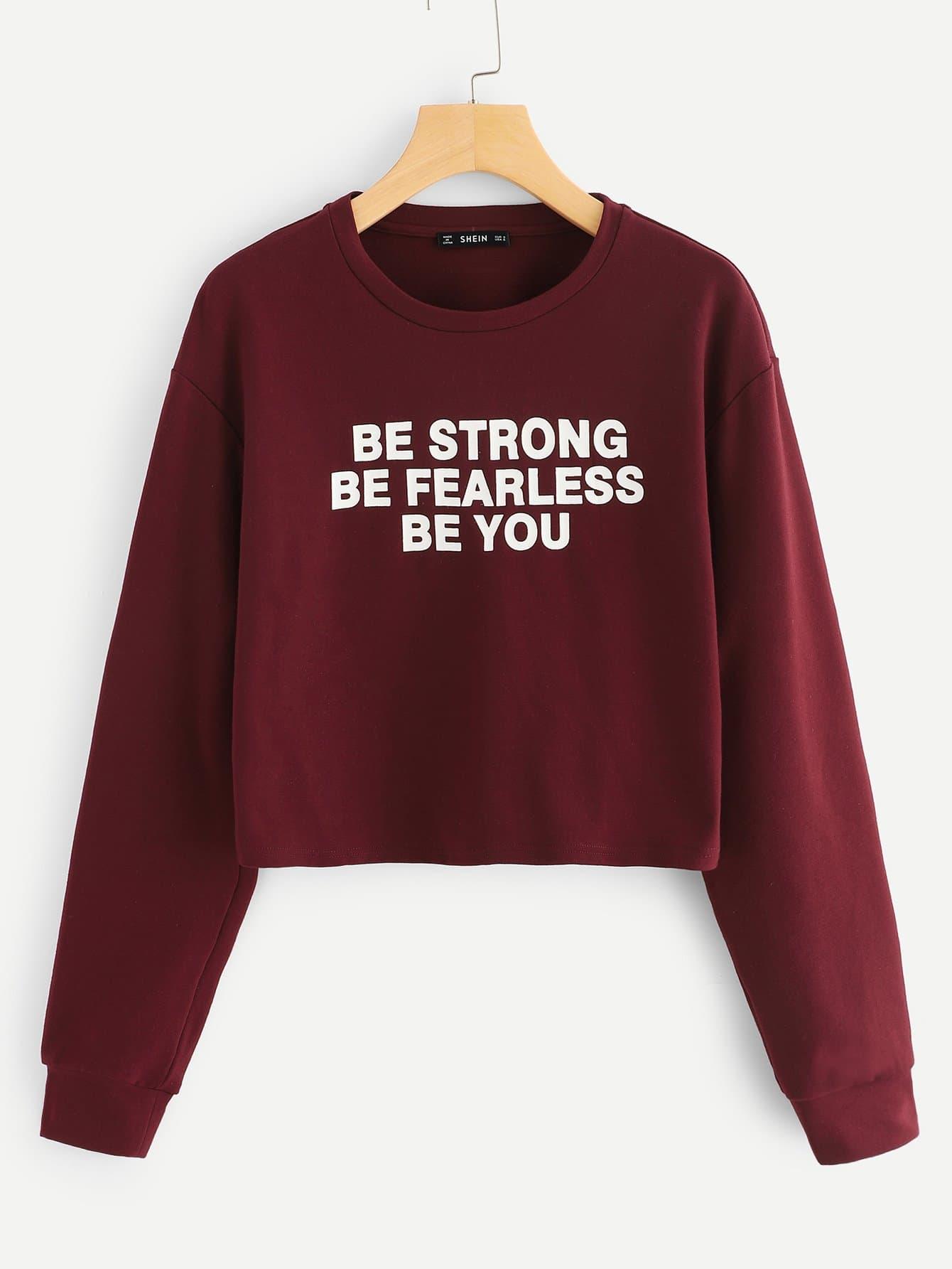 Фото - Укороченный пуловер с текстовым принтом от SheIn бордового цвета