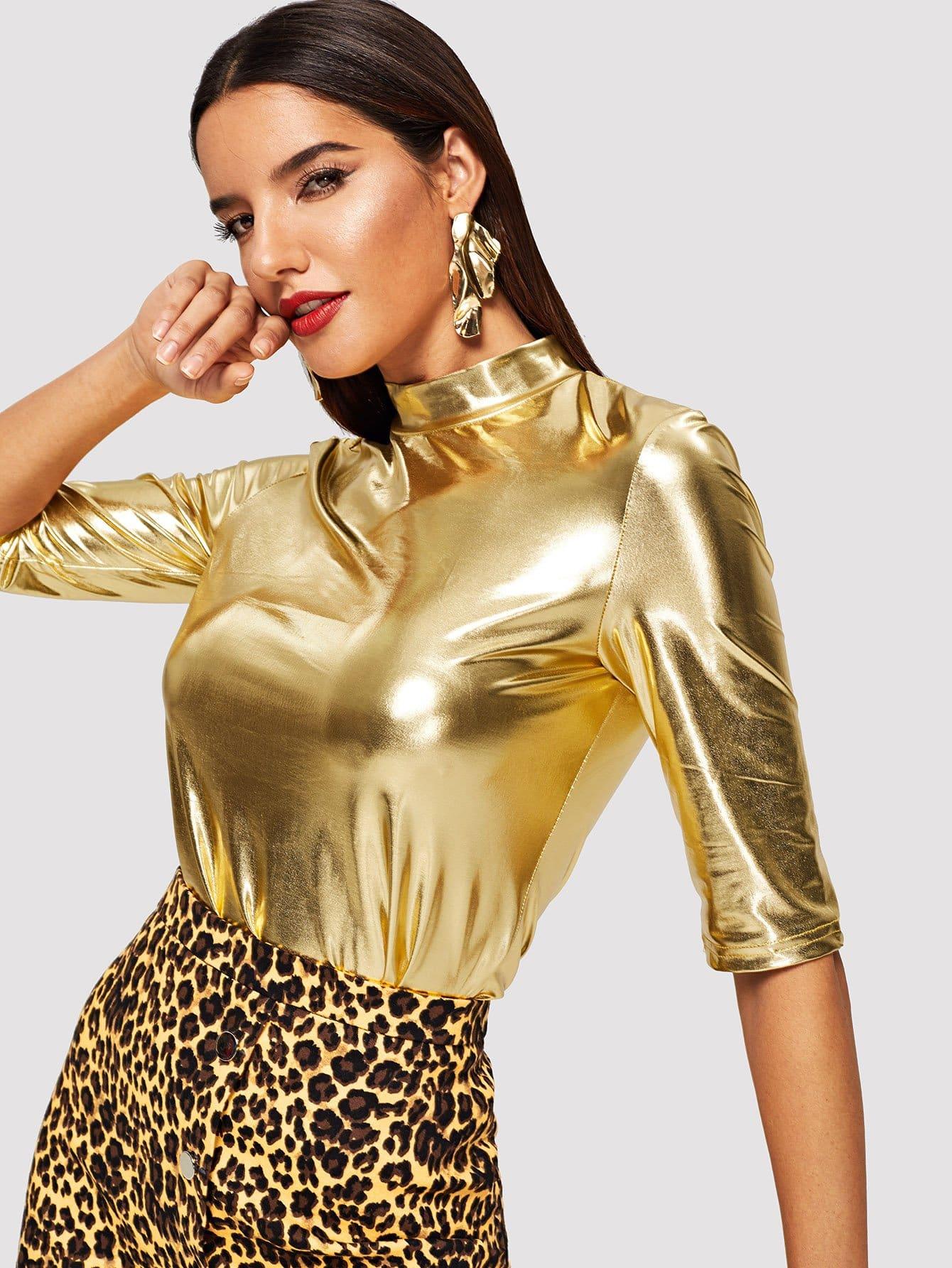 Фото - Металлическая футболка с ложным вырезом от SheIn золотого цвета