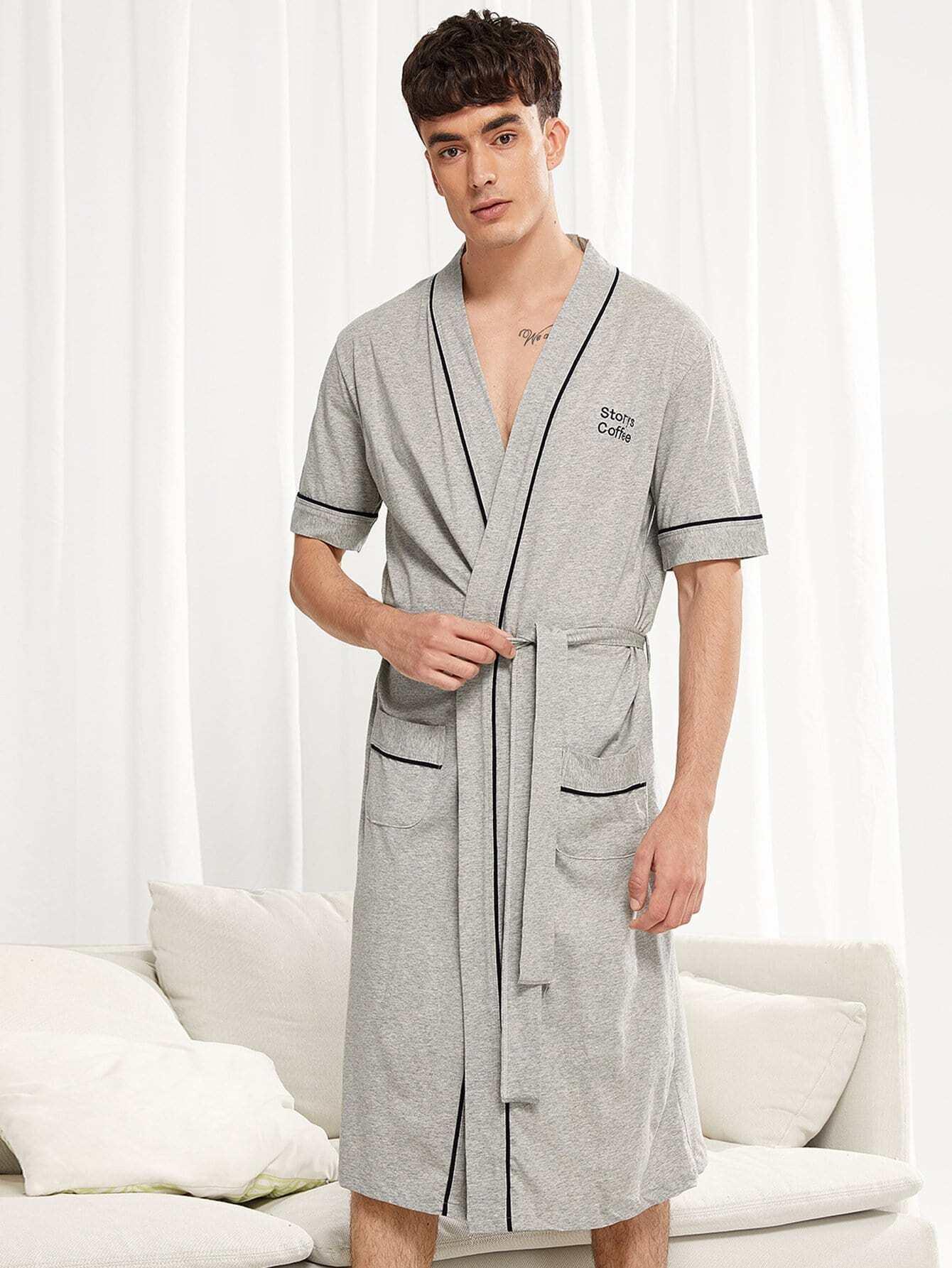 Длинный халат и с поясом и с рисунками бувы вышивки для мужчины от SheIn