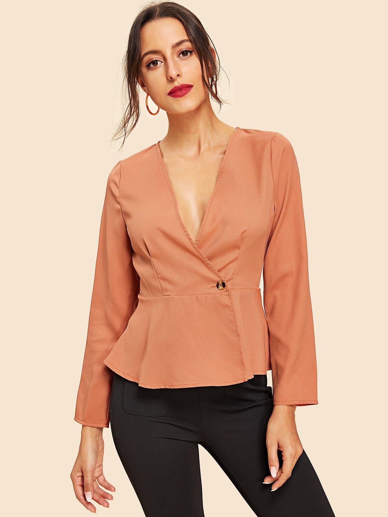 Фото - Блузку на пуговцах с глубоким v-образным вырезом от SheIn красного цвета