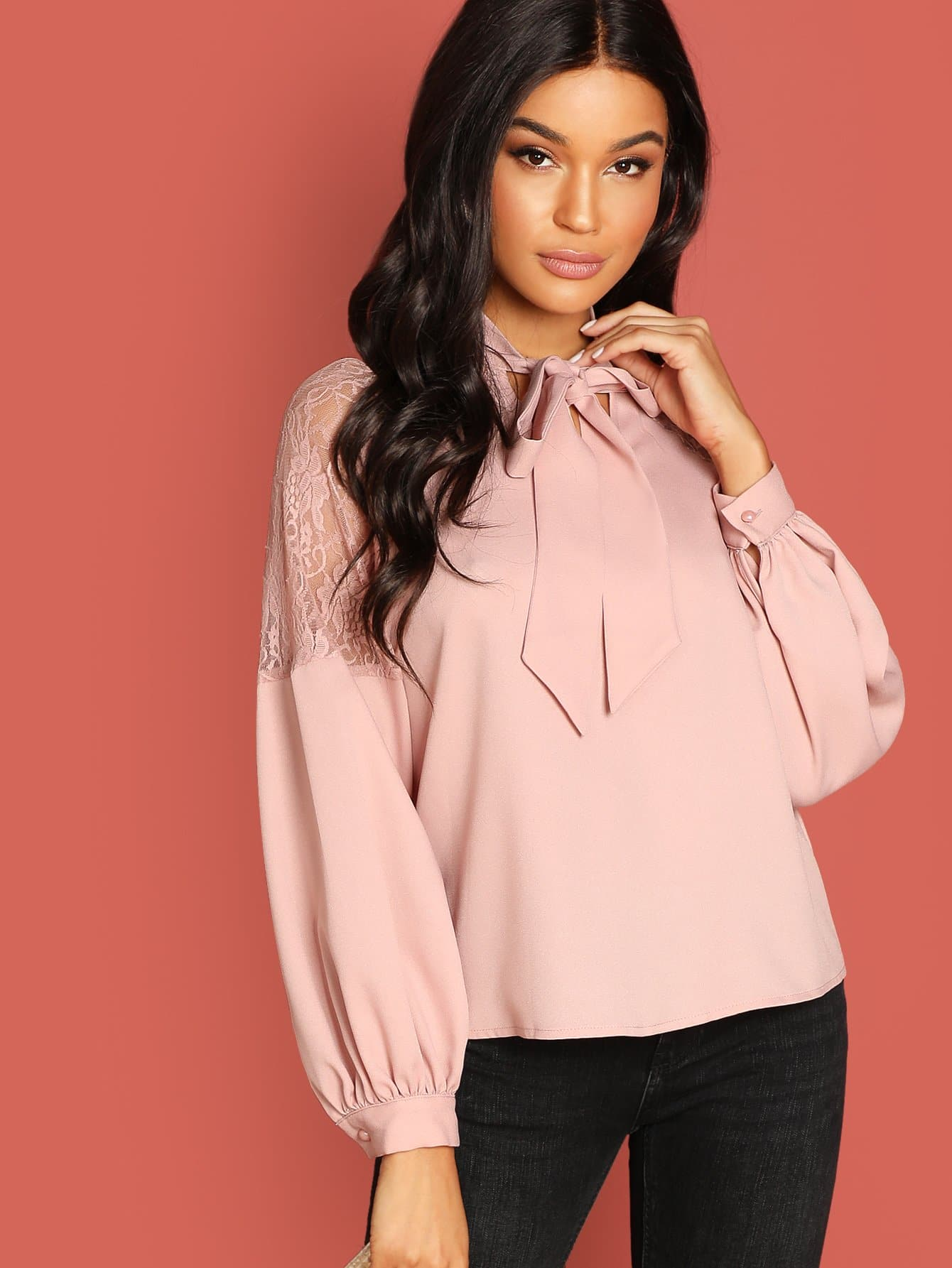 Фото - Блузку с кружевной вставкой и завязывающимся воротником от SheIn розового цвета