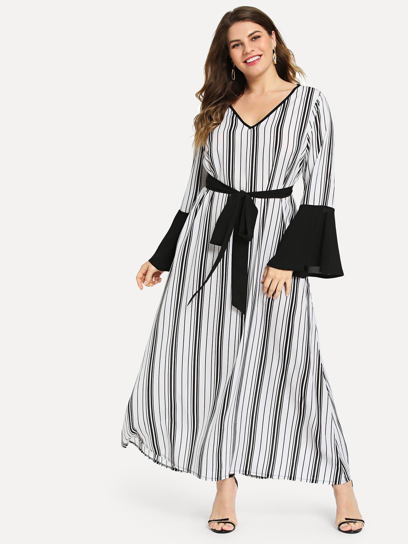 Размера плюс полосатое платье с поясом и рукав-колоколами