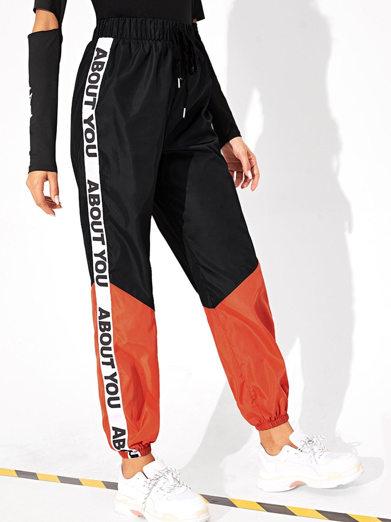 Фото - Спортивные брюки с принтом букв с эластичной талией от SheIn цвет многоцветный