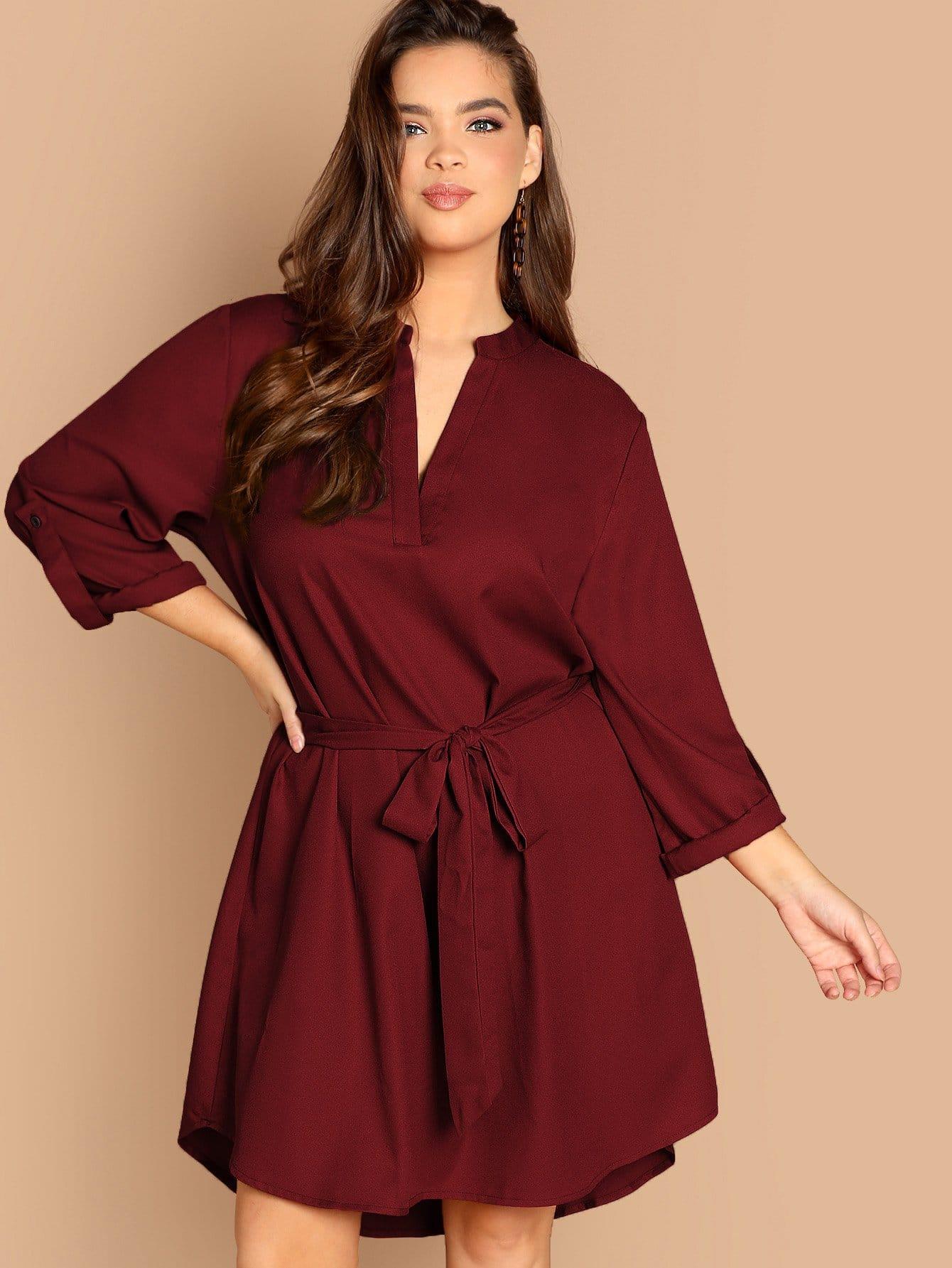 Однотонное платье с поясом размера плюс