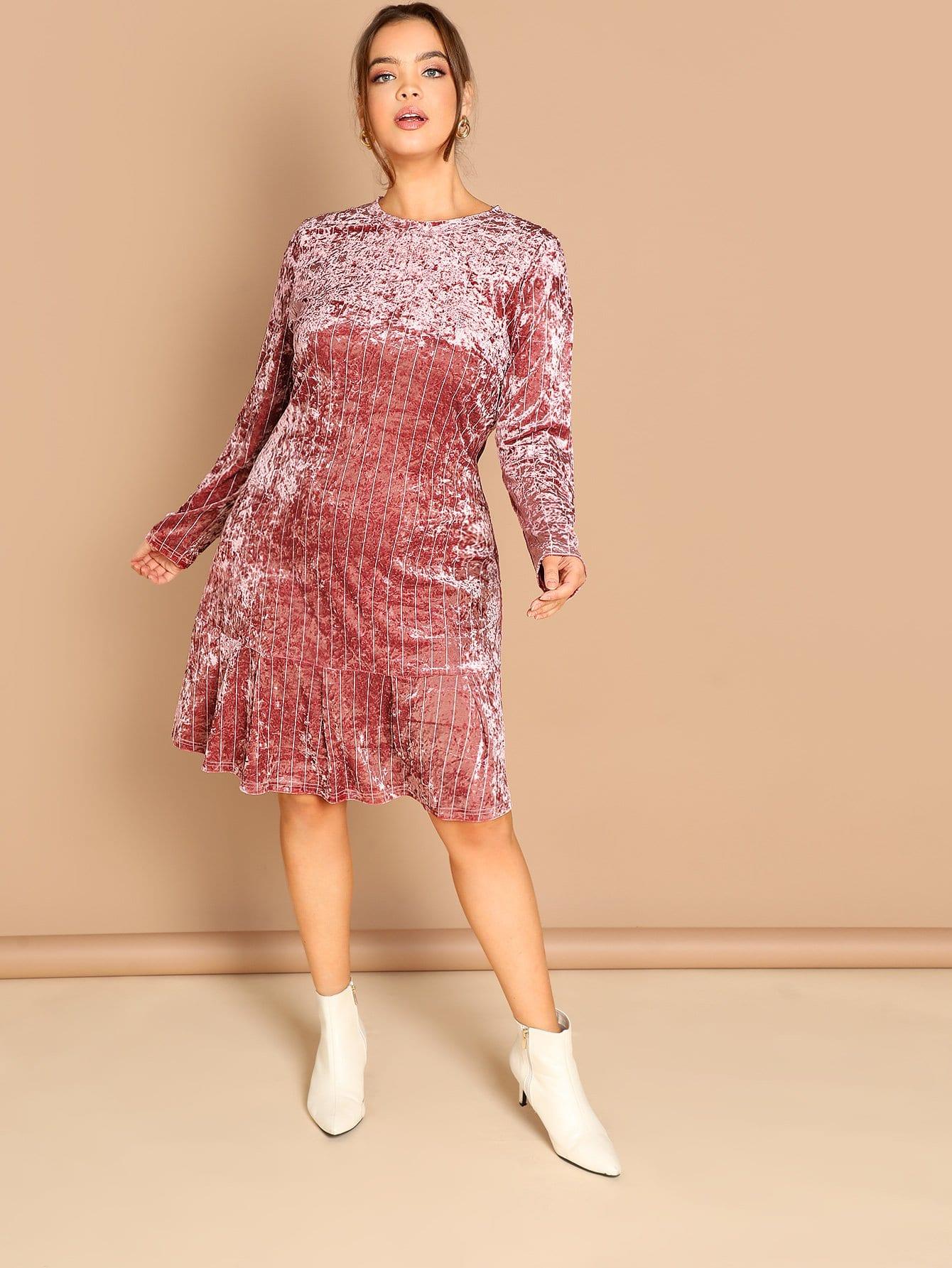 Однотонное платье с оборками размера плюс