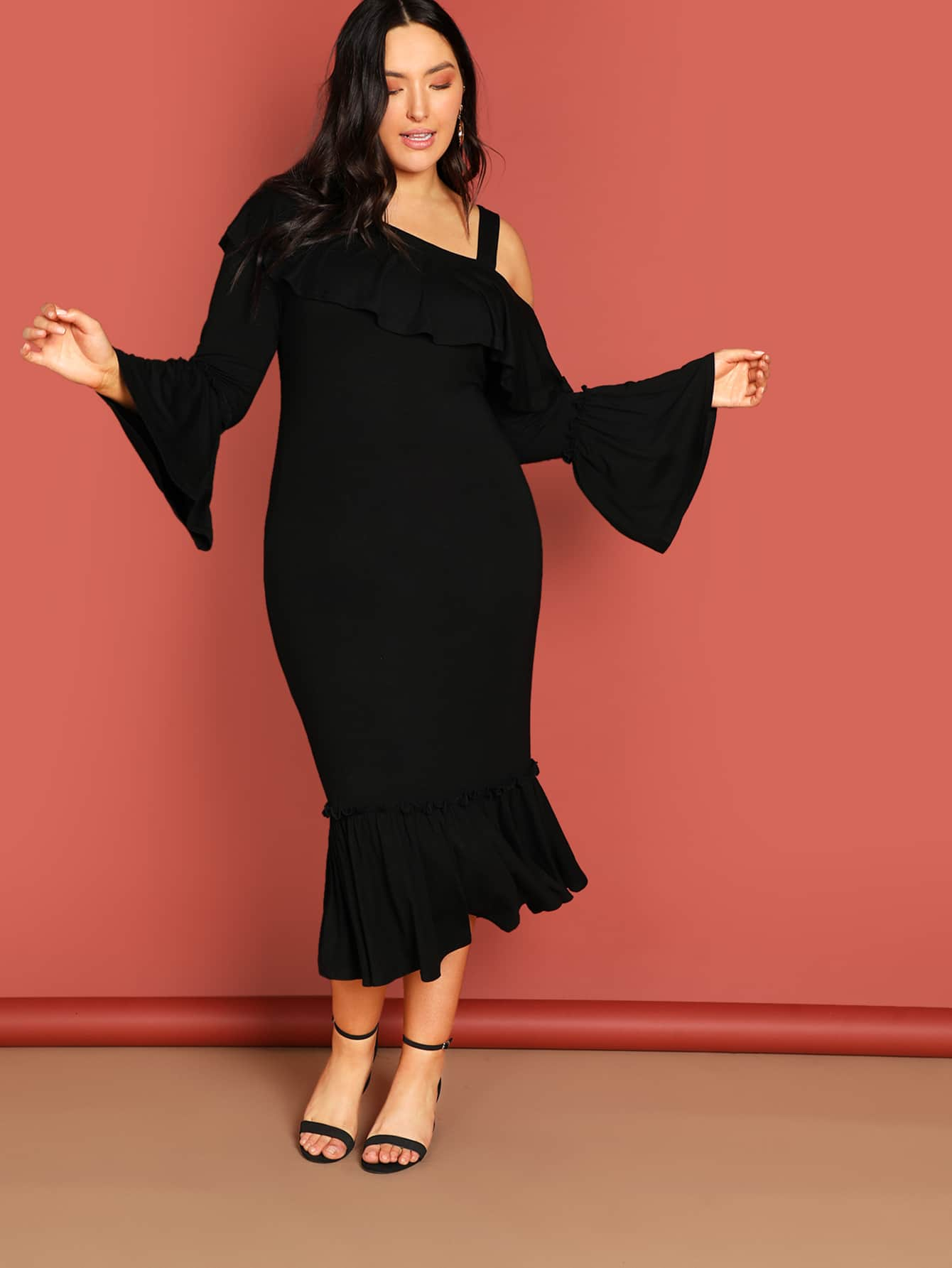 Фото - Плюс размеры платье с асимметричным вырезом с оборками от SheIn цвет чёрные