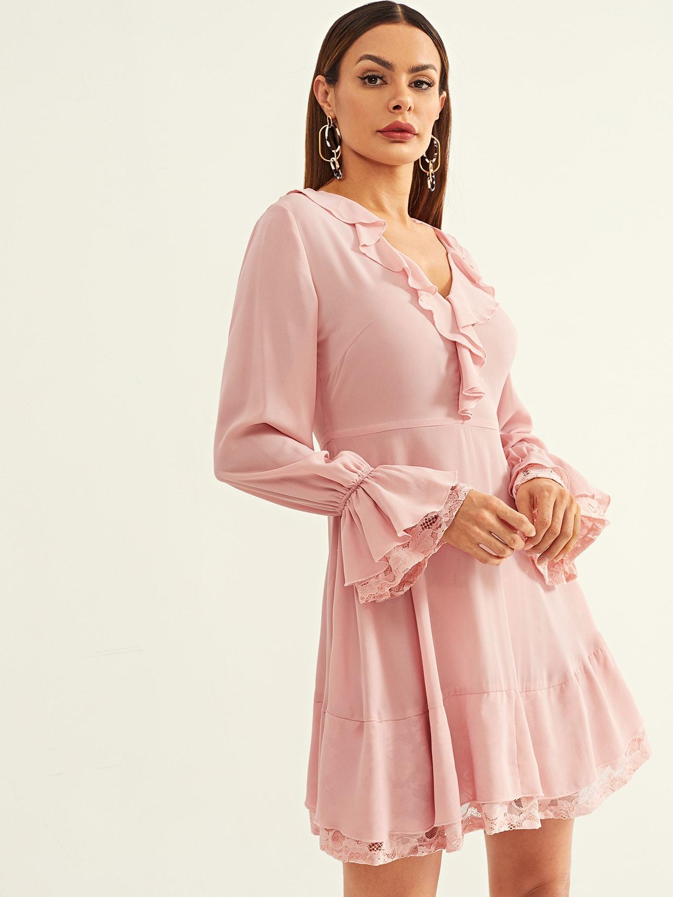 Расклешенное платье с кружевной отделкой и оборками
