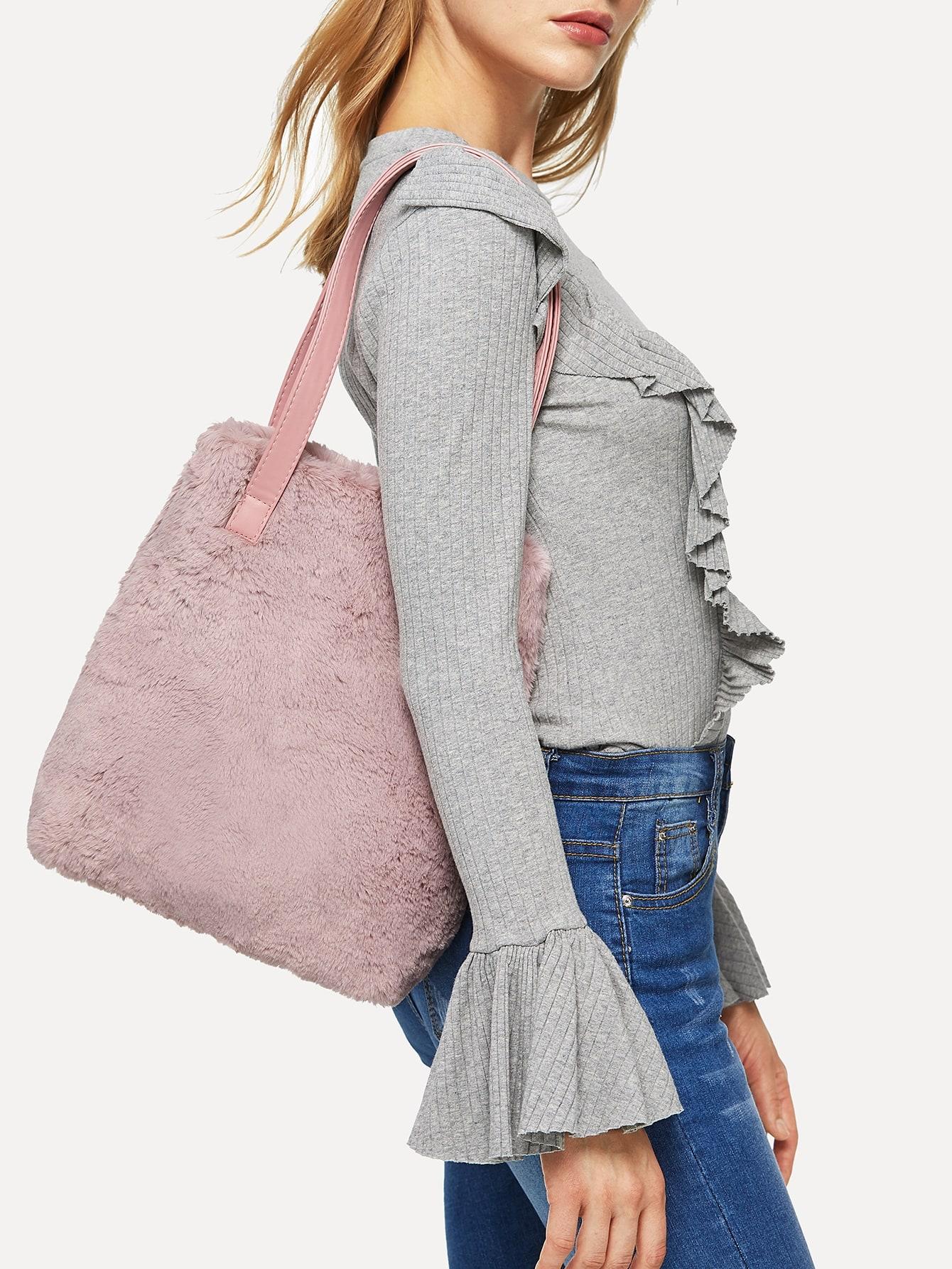Фото - Однотонная сумочка из искусственных мехов от SheIn розового цвета