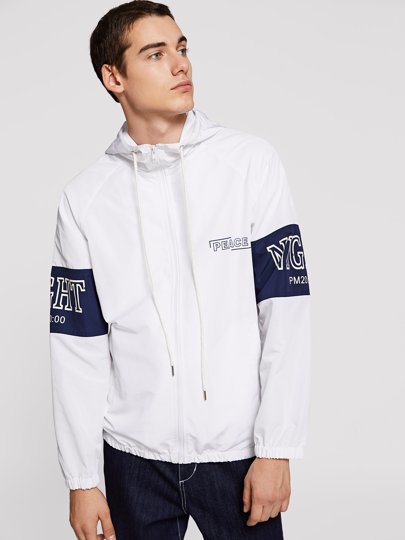 Фото - Куртку с капюшоном на молнии для мужчин от SheIn белого цвета