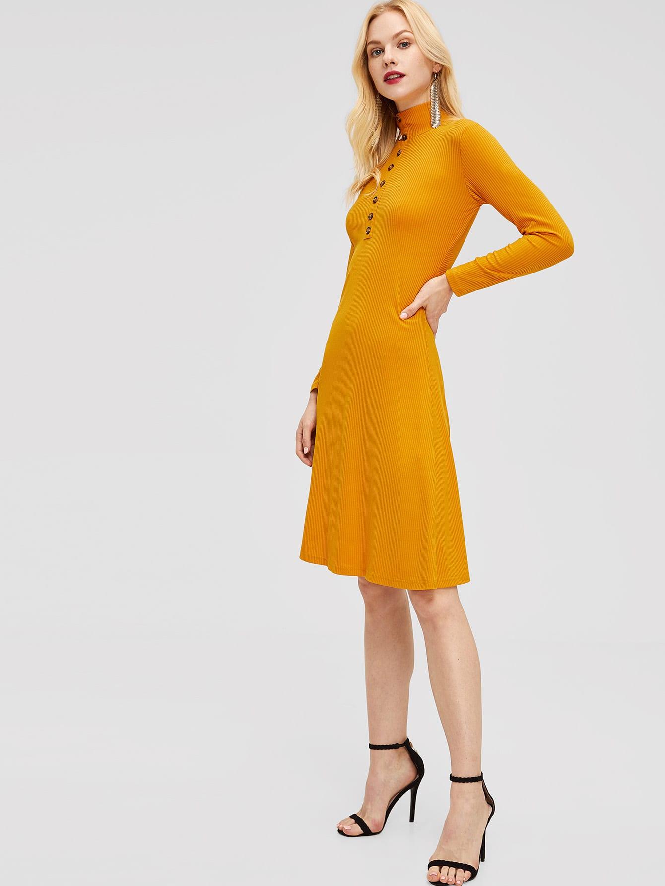 Фото - Вязяное ребристое платье с пуговицами от SheIn цвет жёлтые