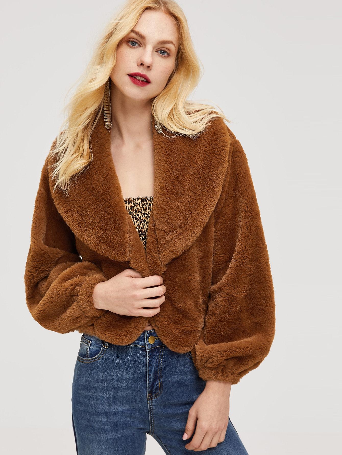 Фото - Пальто из исскусственного меха с оригинальным вырезом от SheIn коричневого цвета