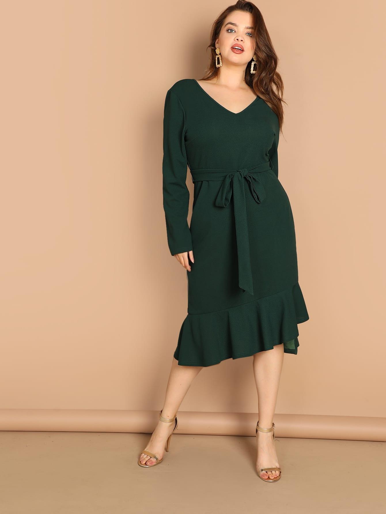 Платье с поясом и двойным v-образным вырезом размера плюс