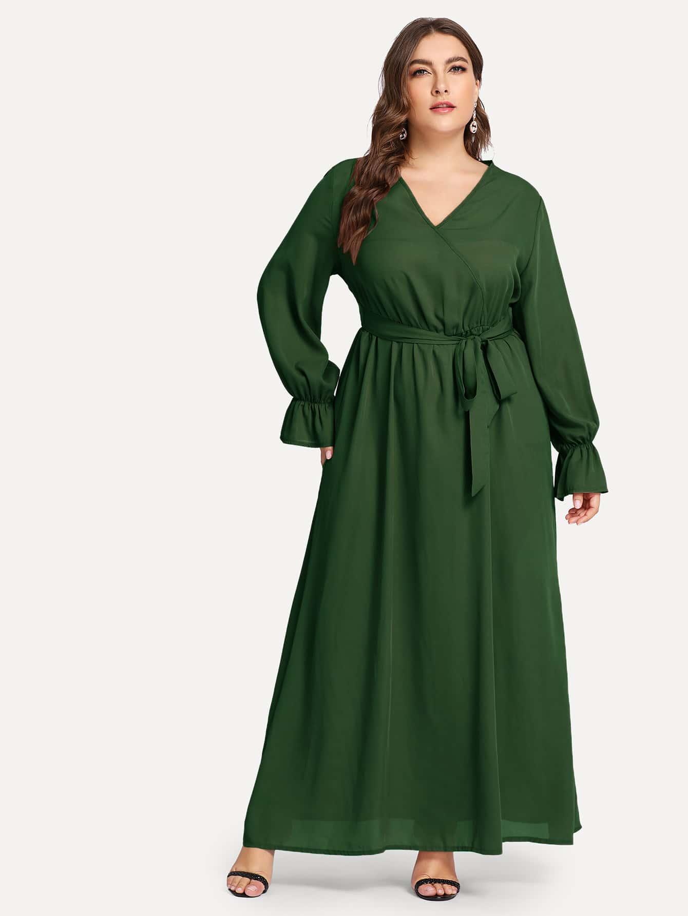 Размера плюс однотонное платье с поясом и V-образным
