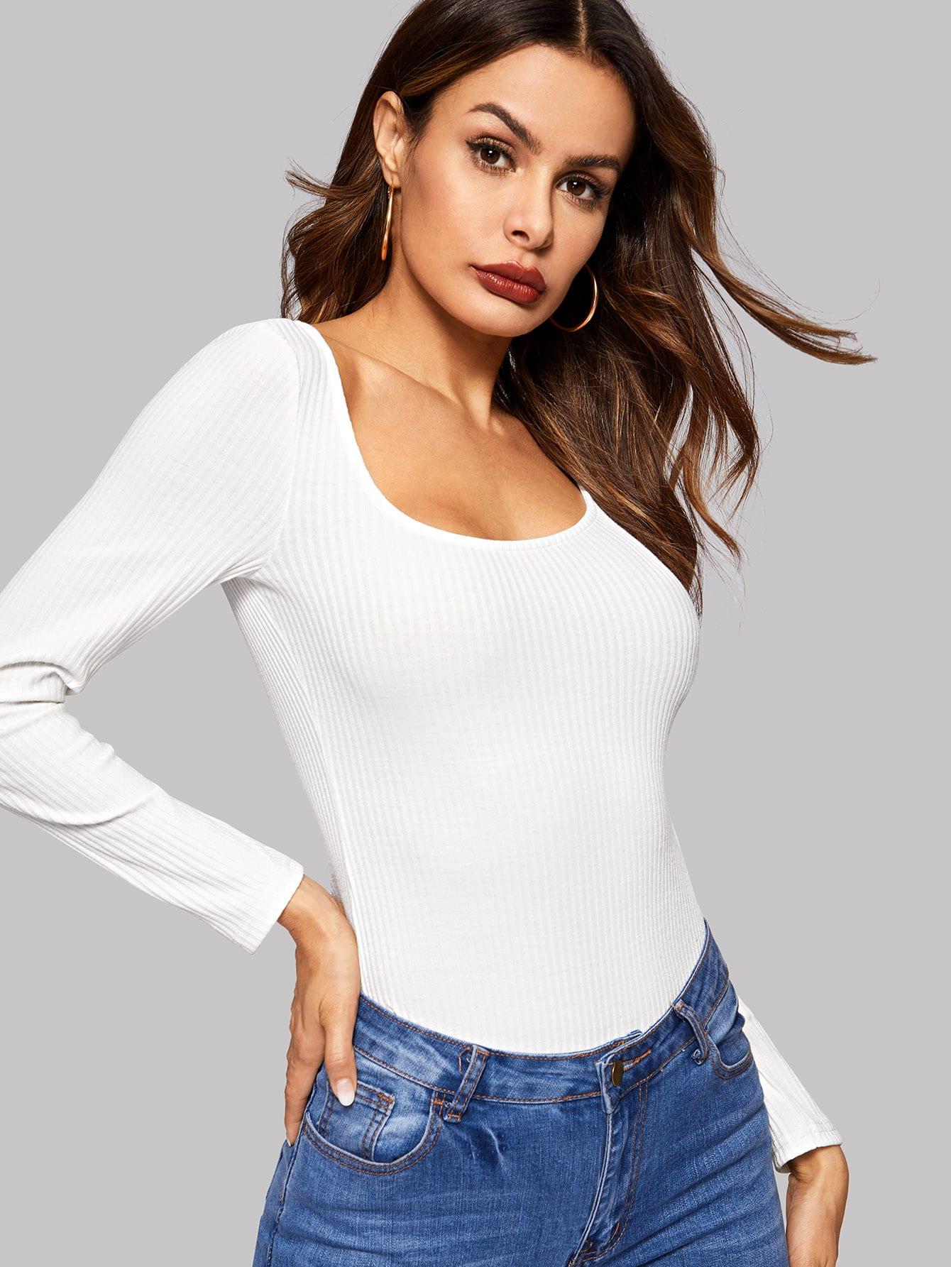 Фото - Приталенная вязаная футболка с веерообразным воротником от SheIn белого цвета
