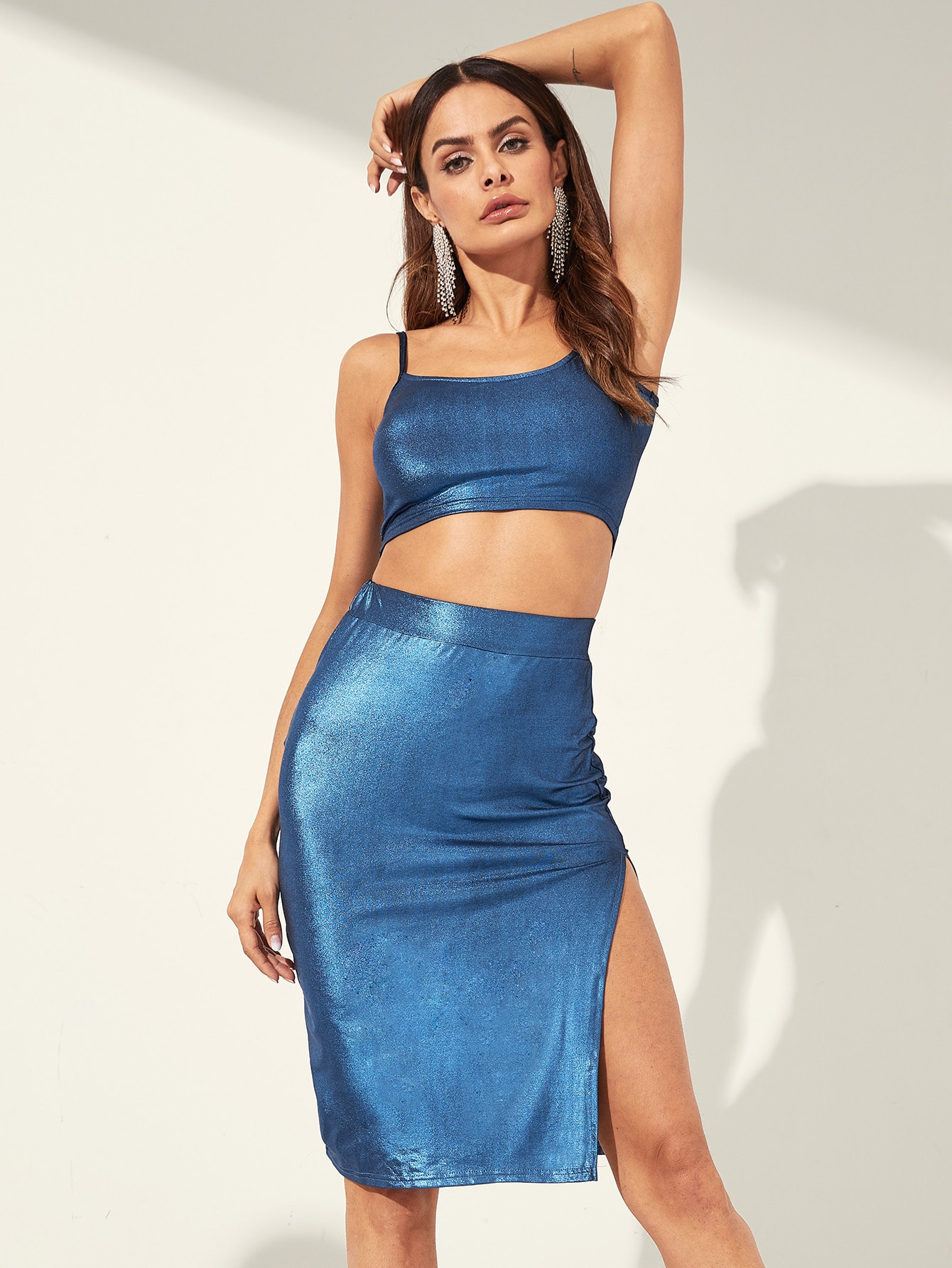 Фото - Короткий металлический топ и юбка с вырезом комплект от SheIn синего цвета