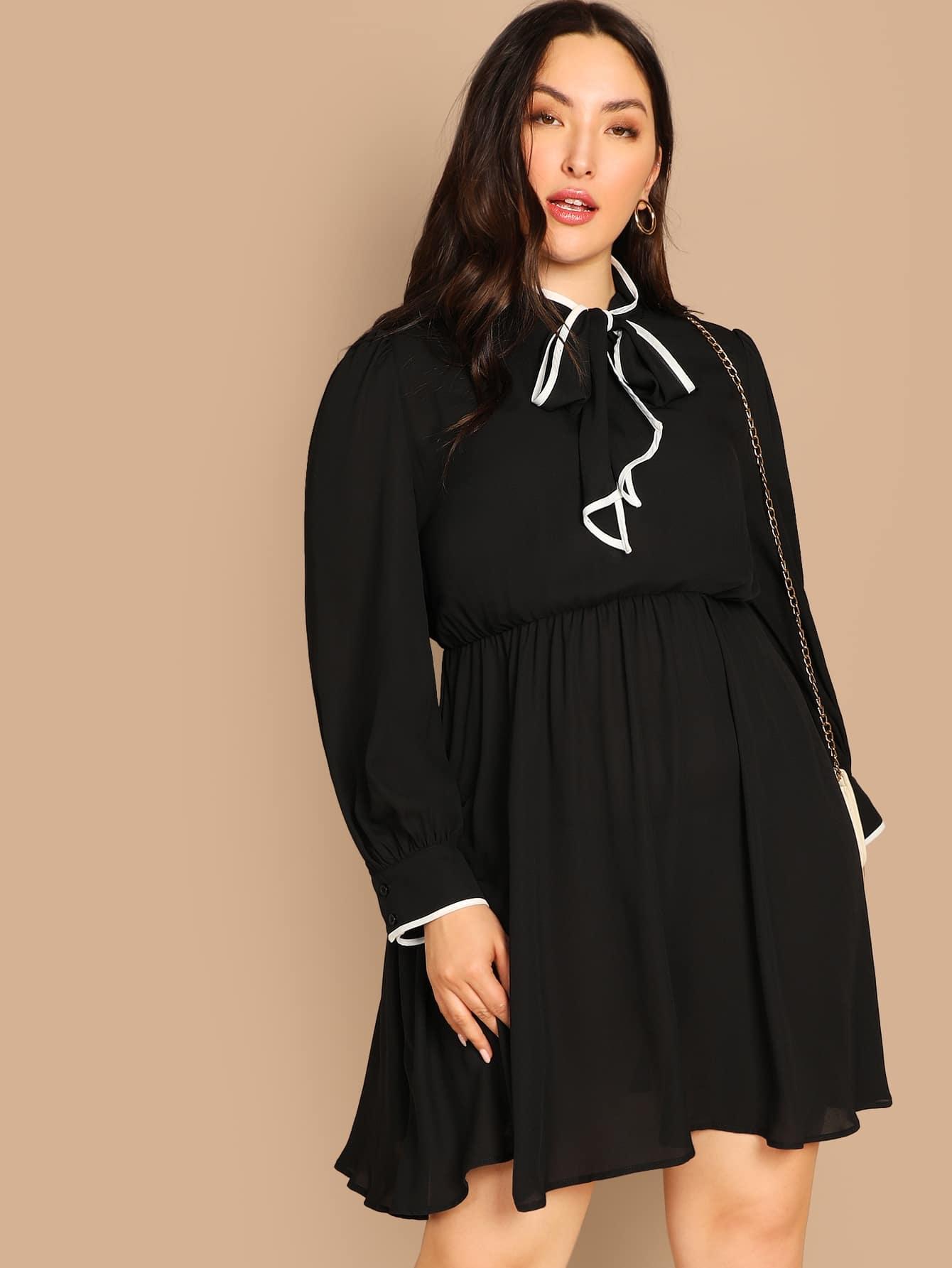 Размер плюс платье с завязывающимся воротником и контрастной отделкой