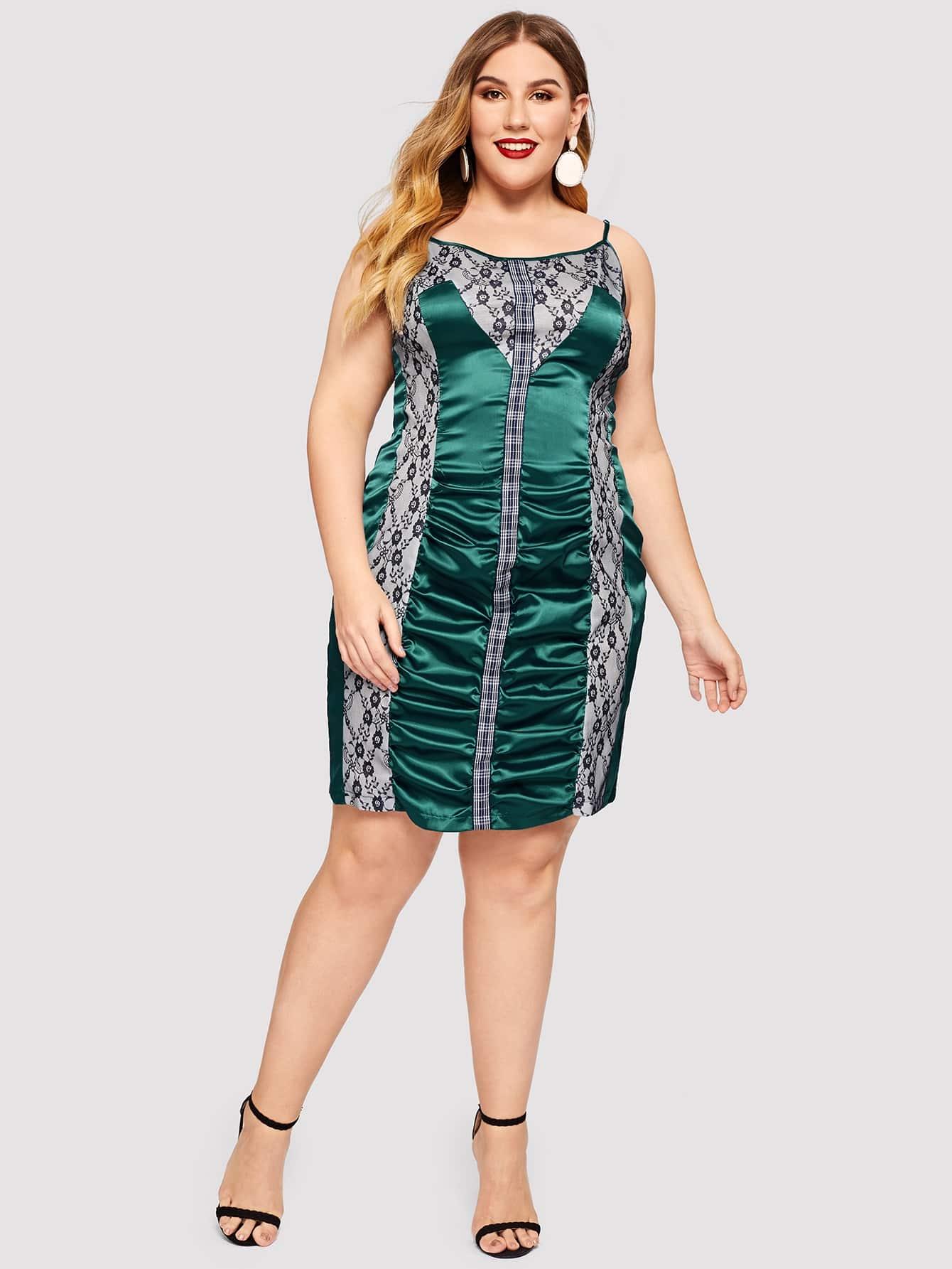 Контрастное платье на бретелях со смешанным принтом размера плюс