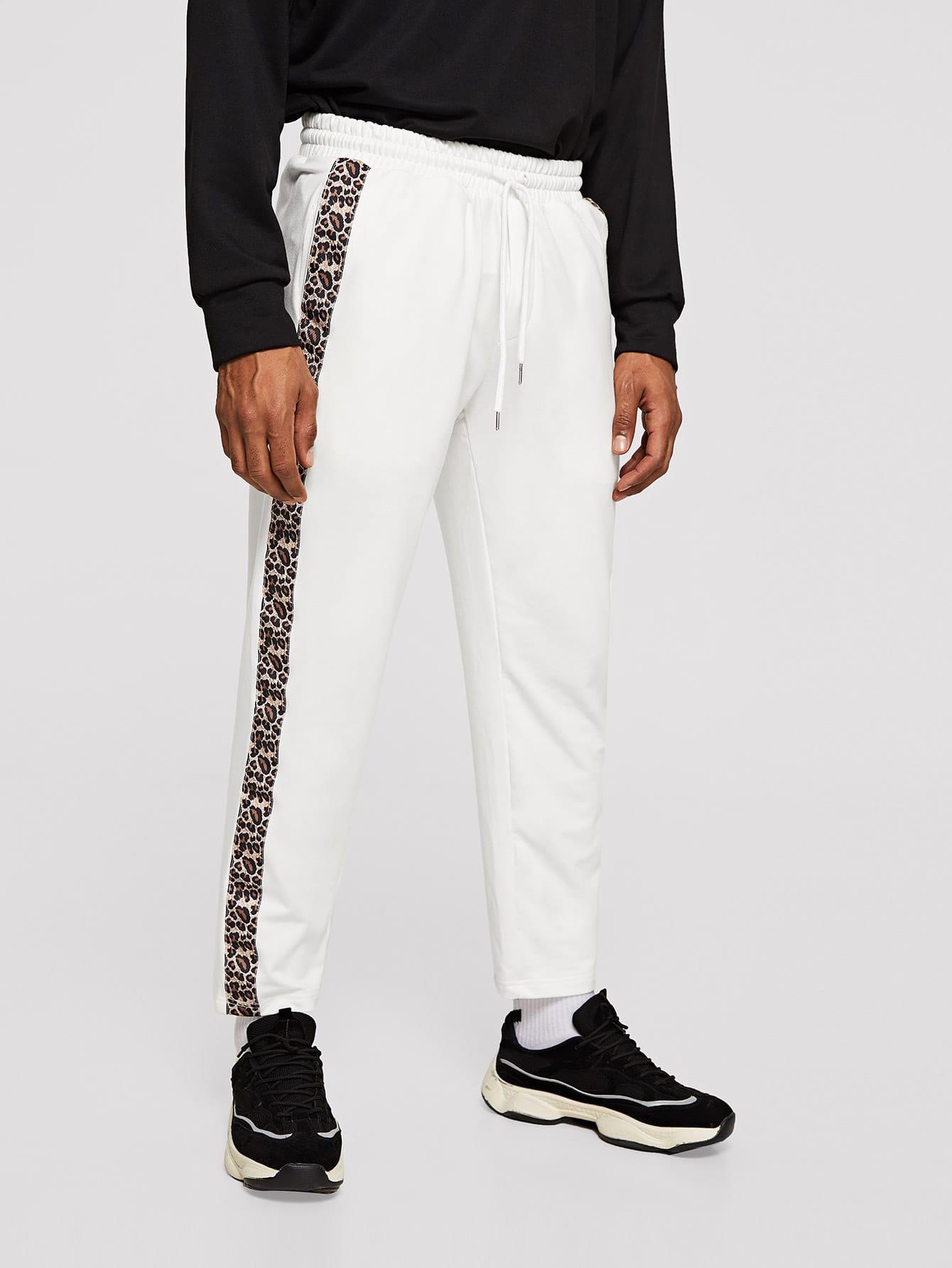 Фото - Мужскые спортивные брюки с леопардовой полосой от SheIn бежевого цвета
