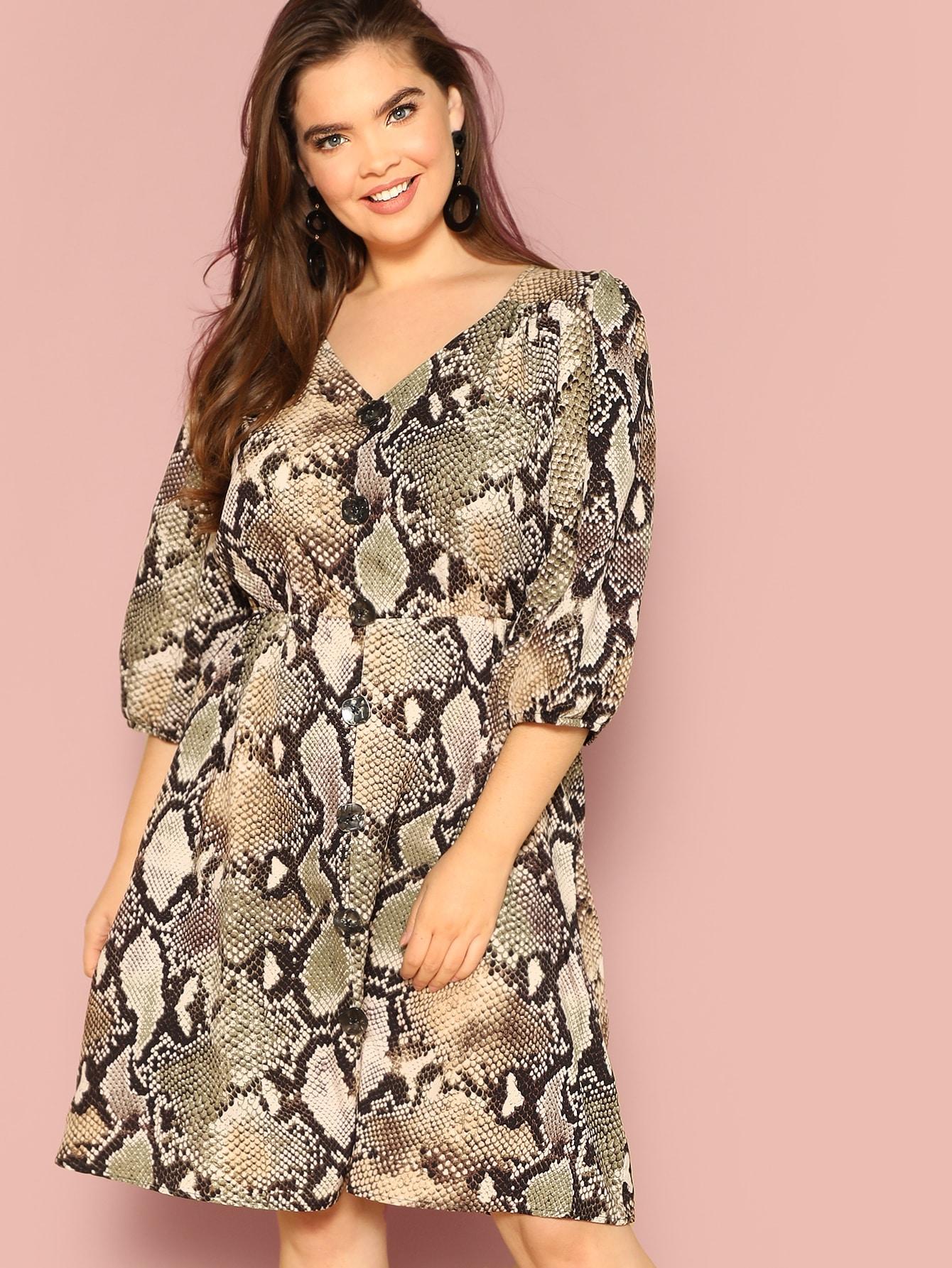 Платье с змеиным принтом и пуговицами размера плюс