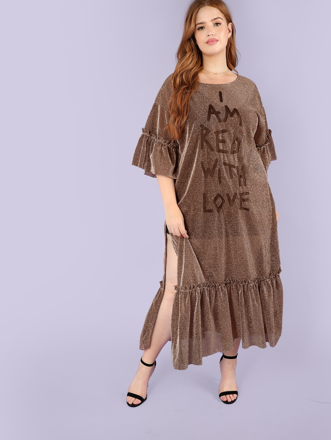 Размер плюс блестящее платье с текстовым принтом и высоком разрезом и оборкой SheIn