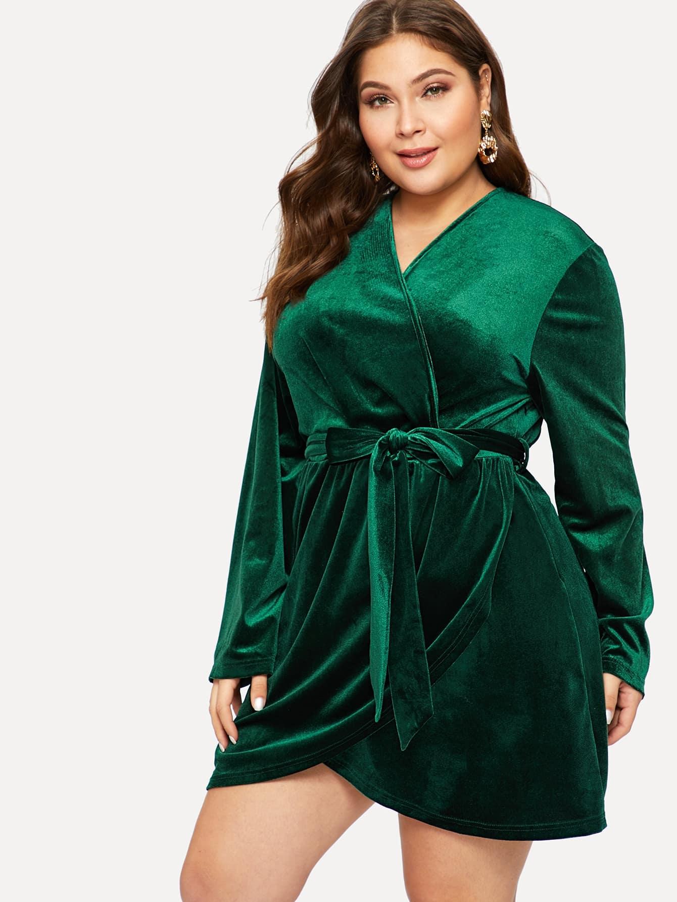 Размер плюс бахратное платье на запах с поясом и глубоким V-образным вырезом
