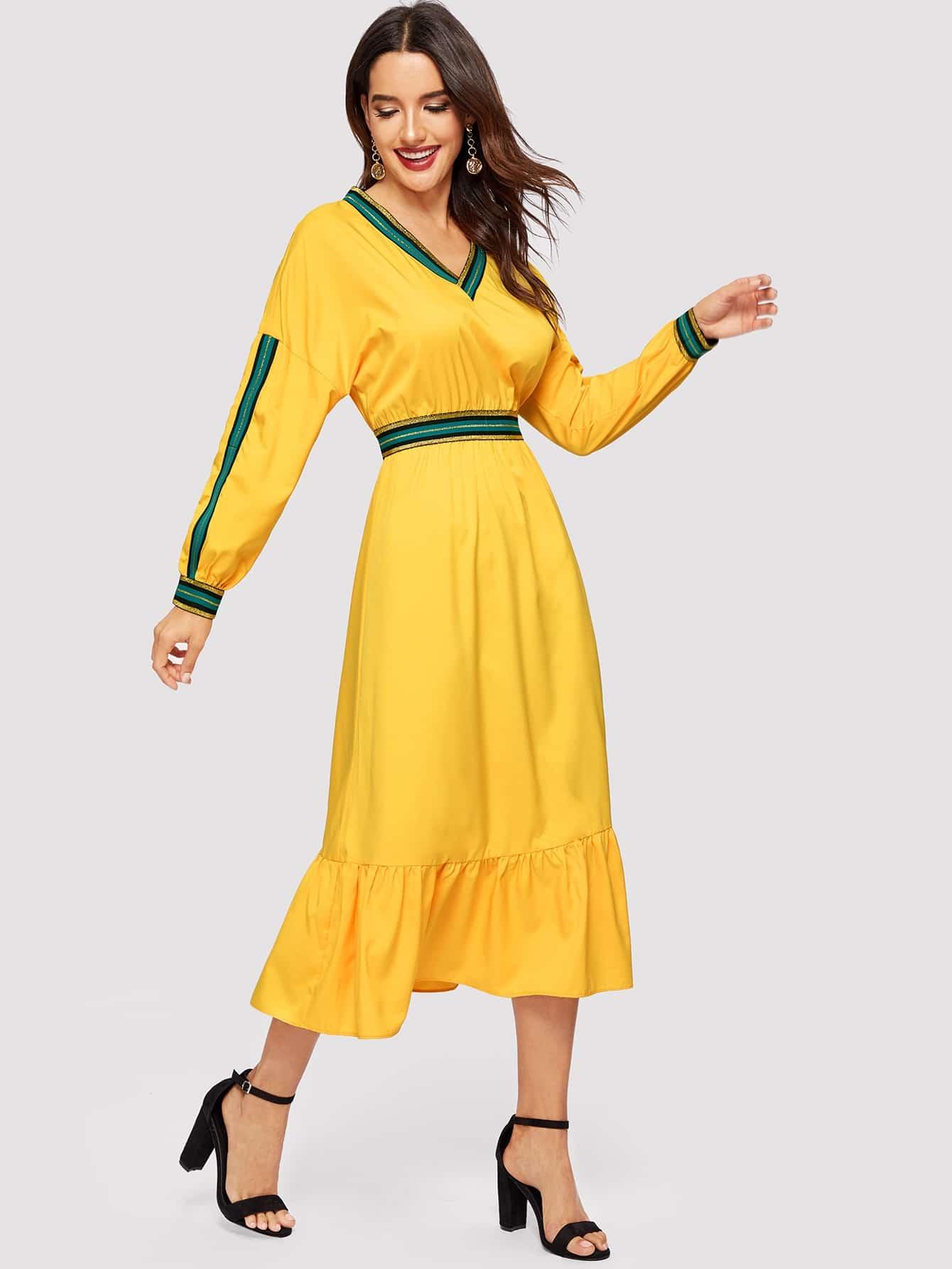 Платье с полосками и заниженной линией плеч