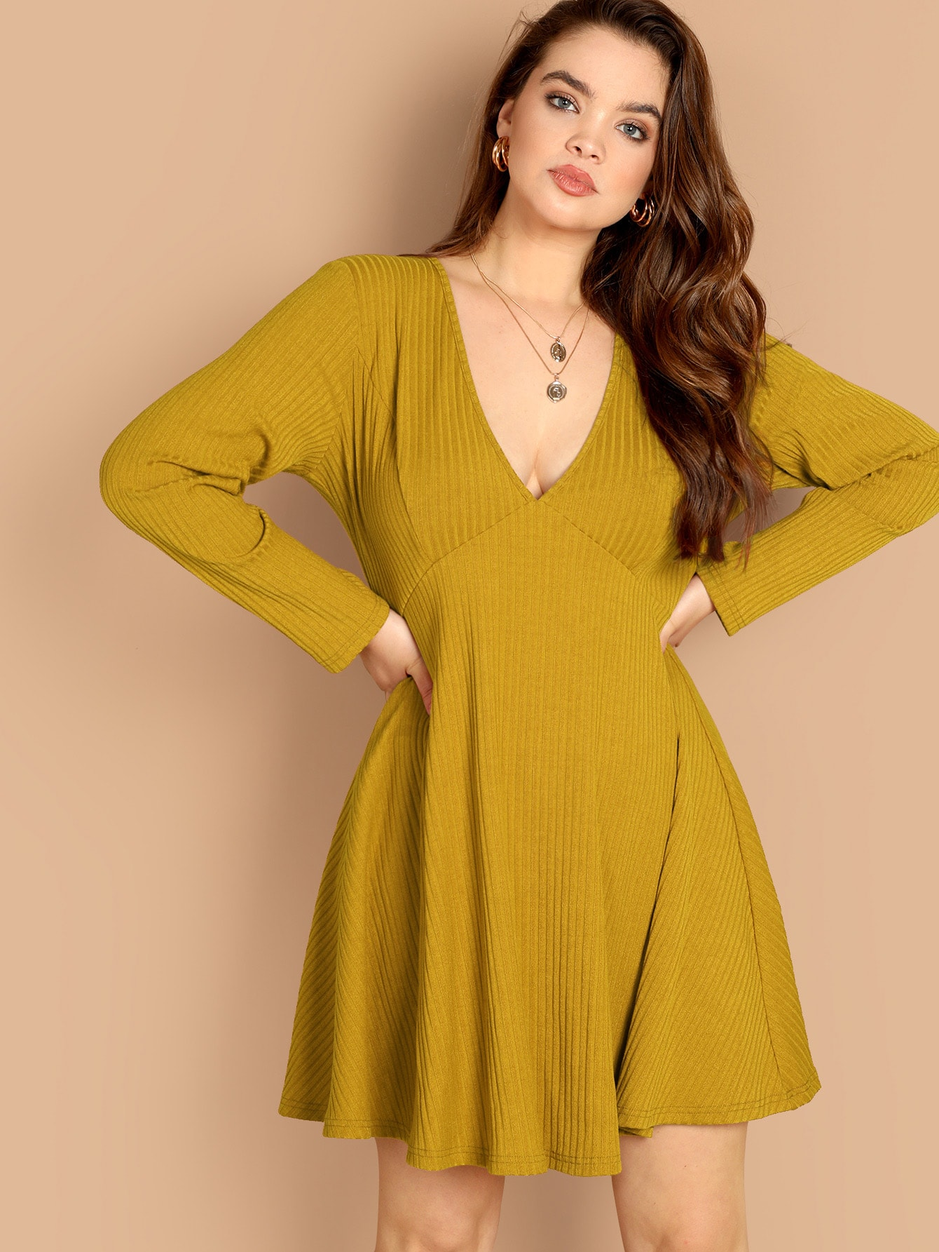 Купить Размер плюс вязяное ребристое расклешенное платье с глубоким V-образным вырезом, Faith Bowman, SheIn
