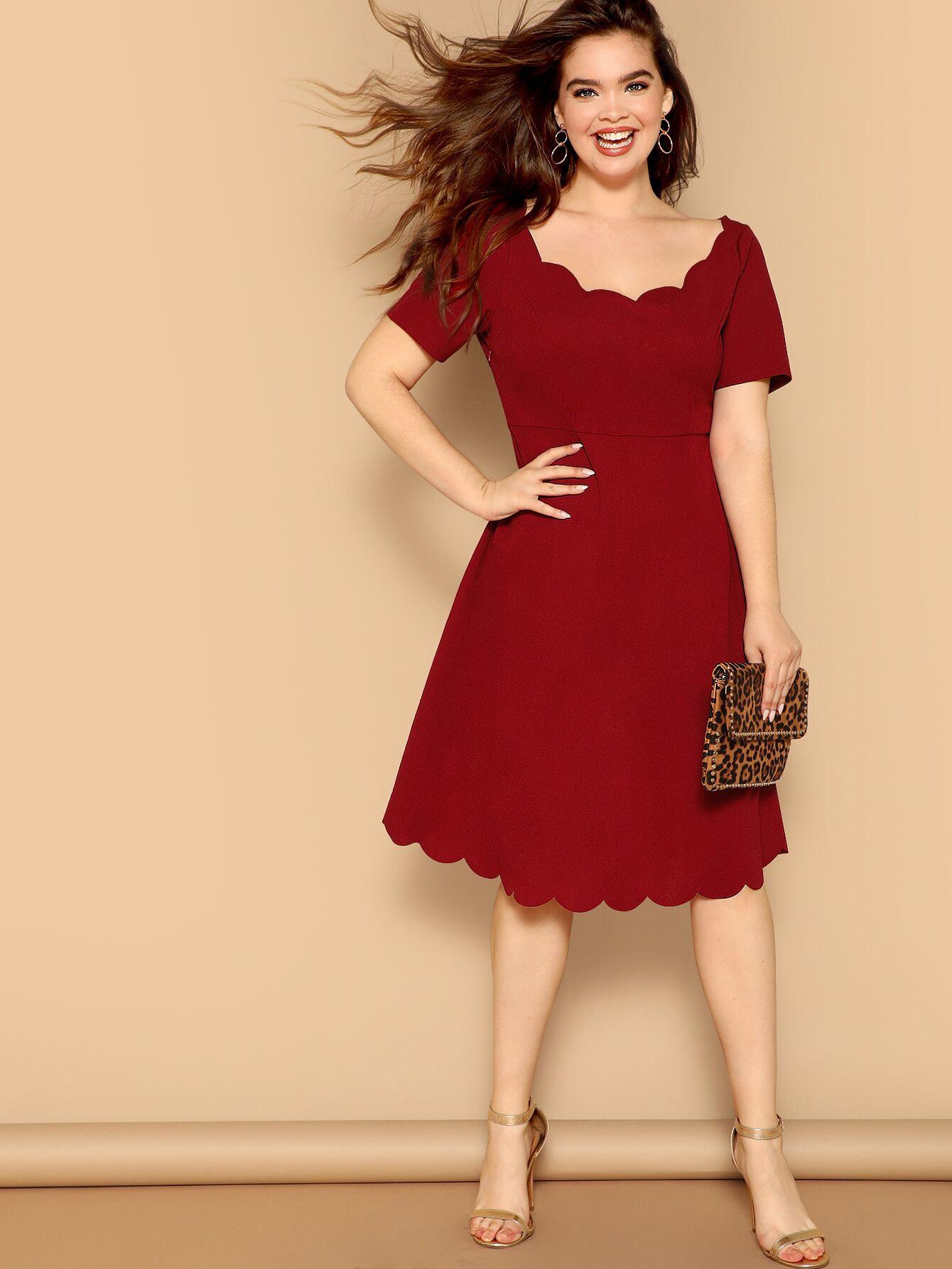 Размер плюс приталенное расклешенное платье с фигурной отделкой по краю