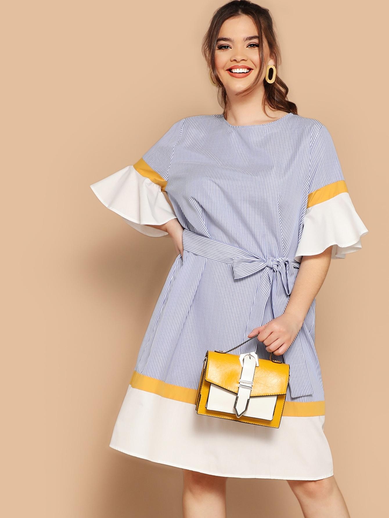 Размер плюс контрастное полосатое платье с поясом и оригинальным рукавом