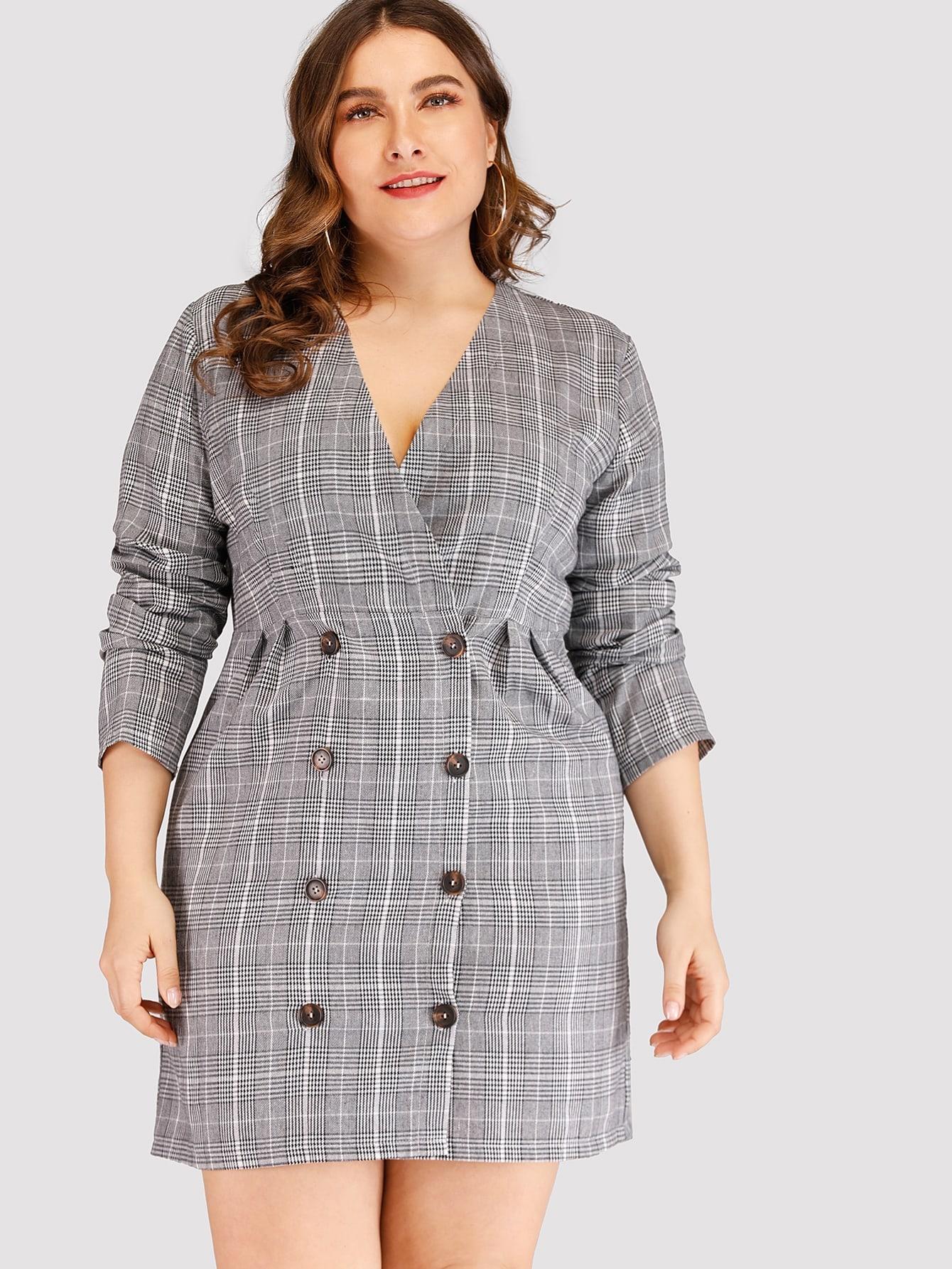 Размера плюс двубортное платье в клетку с V-образным вырезом