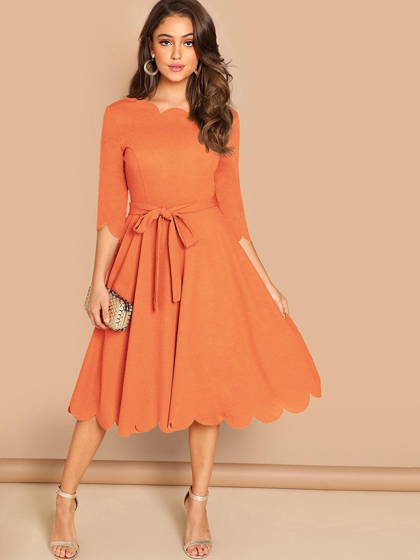 Приталенное расклешонное платье с фигурной отделкой по краю