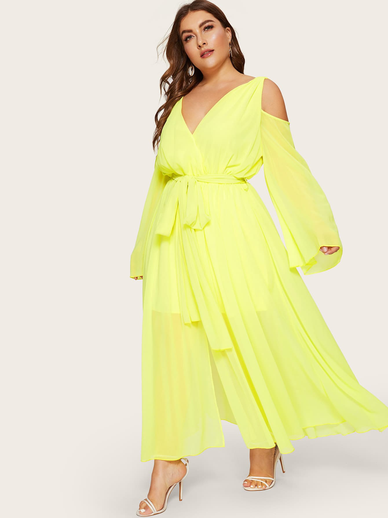 Размера плюс платье с поясом V-образным вырезом и открытыми плечами