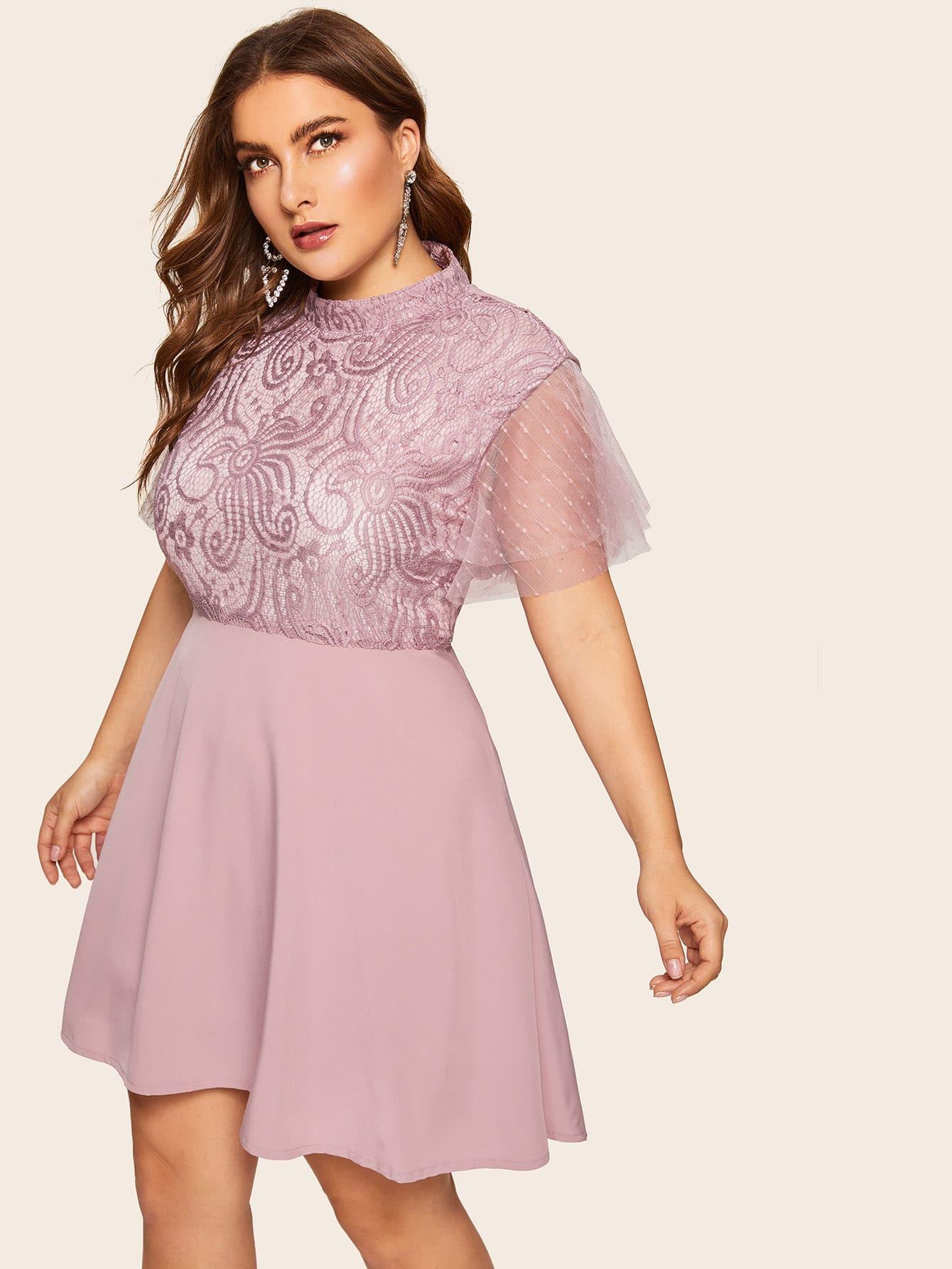 Размера плюс однотонное платье с контрастными кружевами