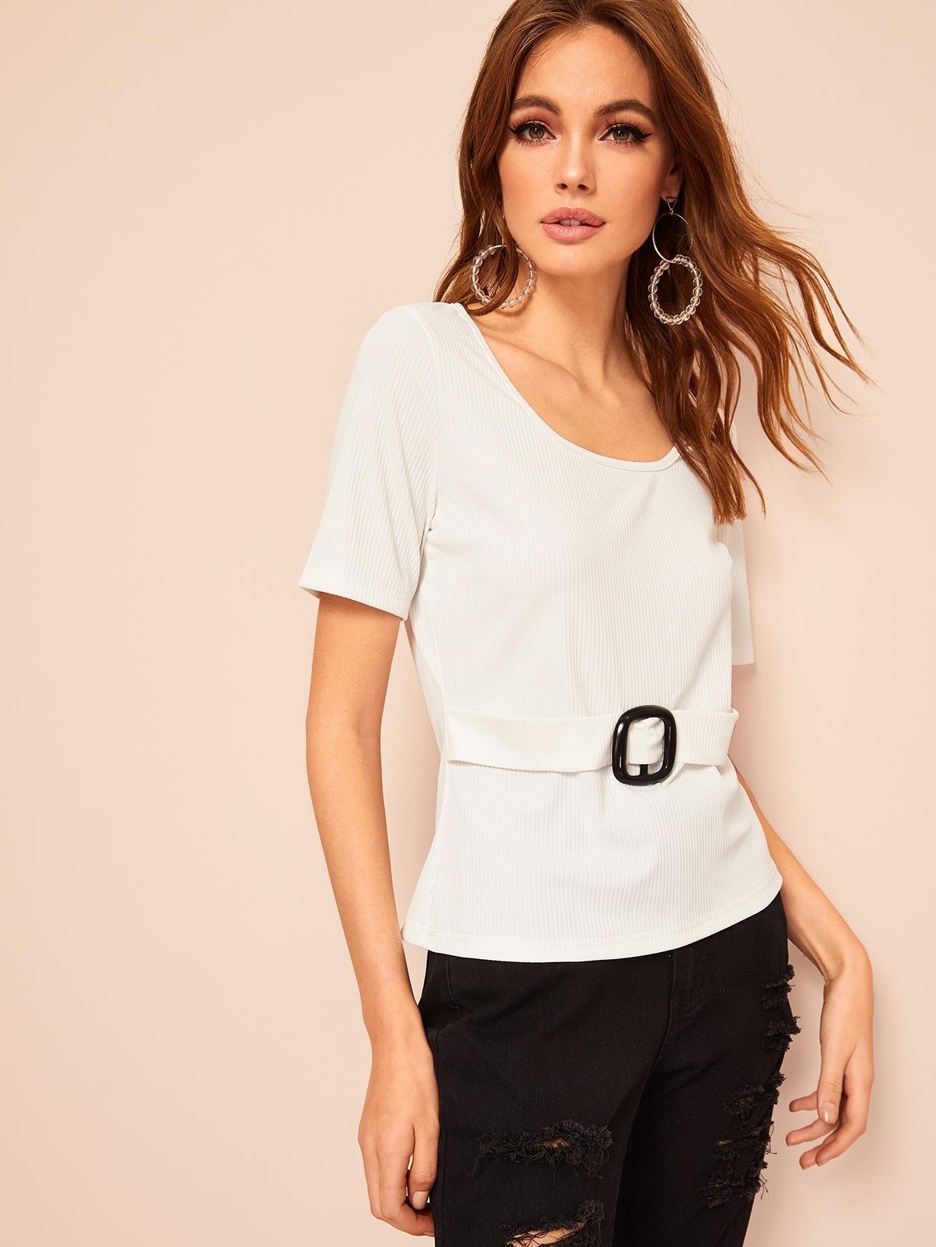 Ребристая футболка с поясом и пряжкой SheIn