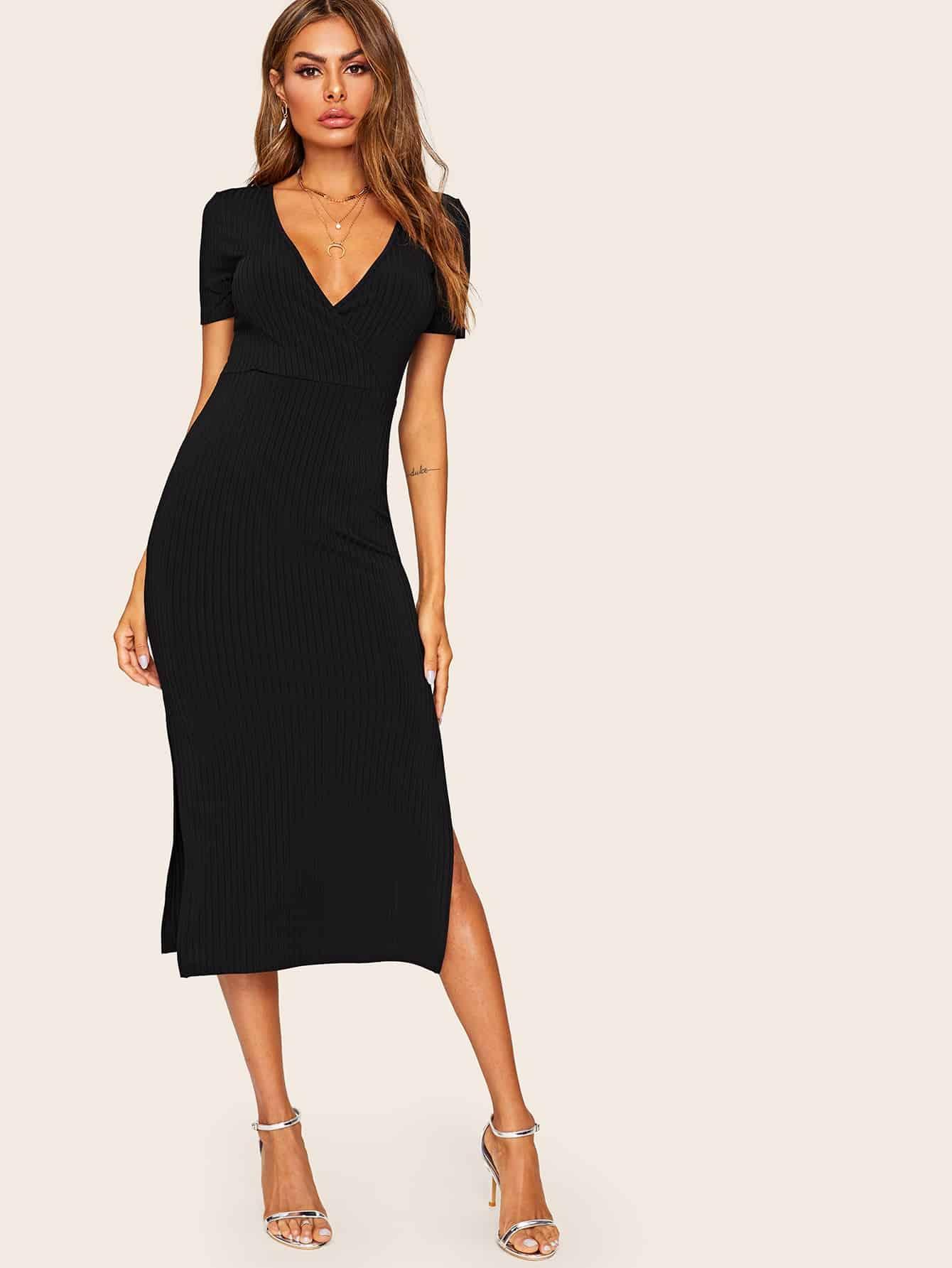 Фото - Вязаное ребристое платье с глубоким V-образным вырезом и высоким разрезом от SheIn цвет чёрные