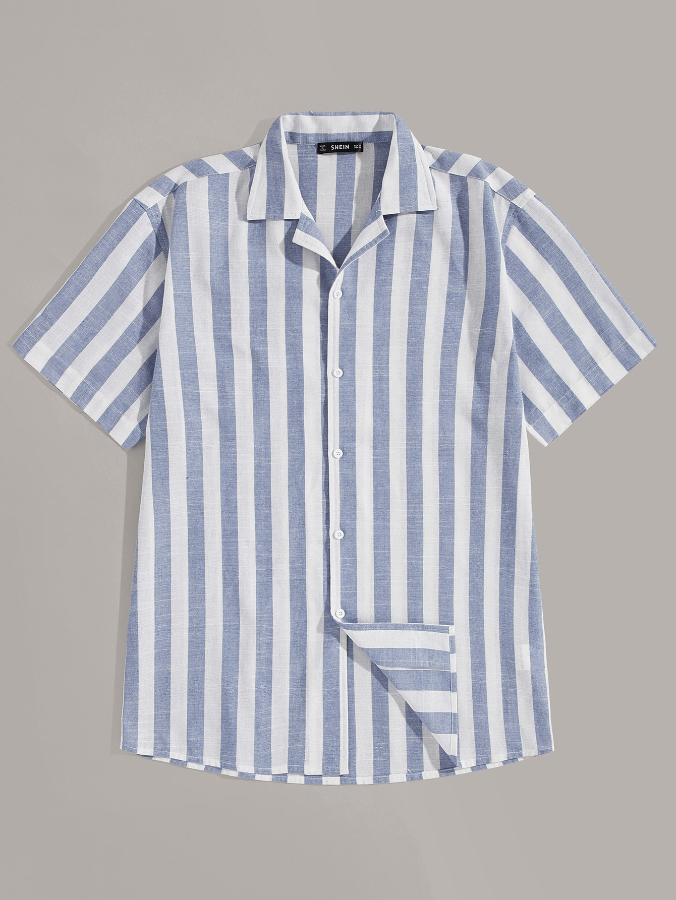 Фото - Мужская однобортная полосатая рубашка от SheIn синего цвета
