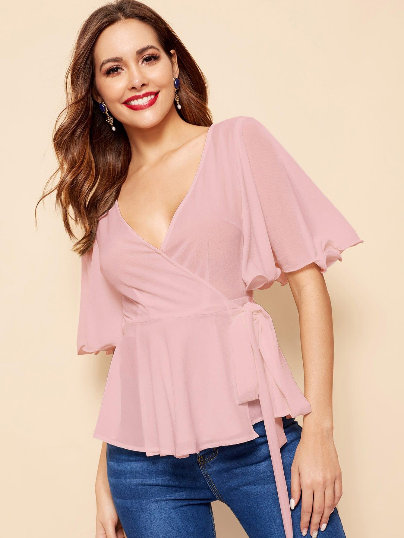 Фото - Однотонная блуза с оборкой и V-образным вырезом от SheIn розового цвета