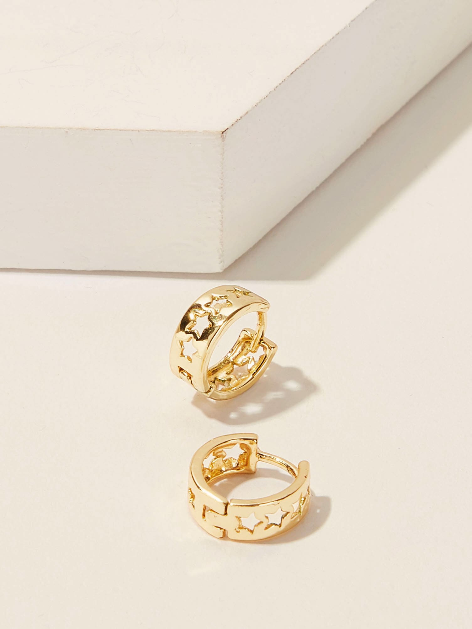Фото - Серьги-кольца с полыми звездами 1 пара от SheIn цвет золотые
