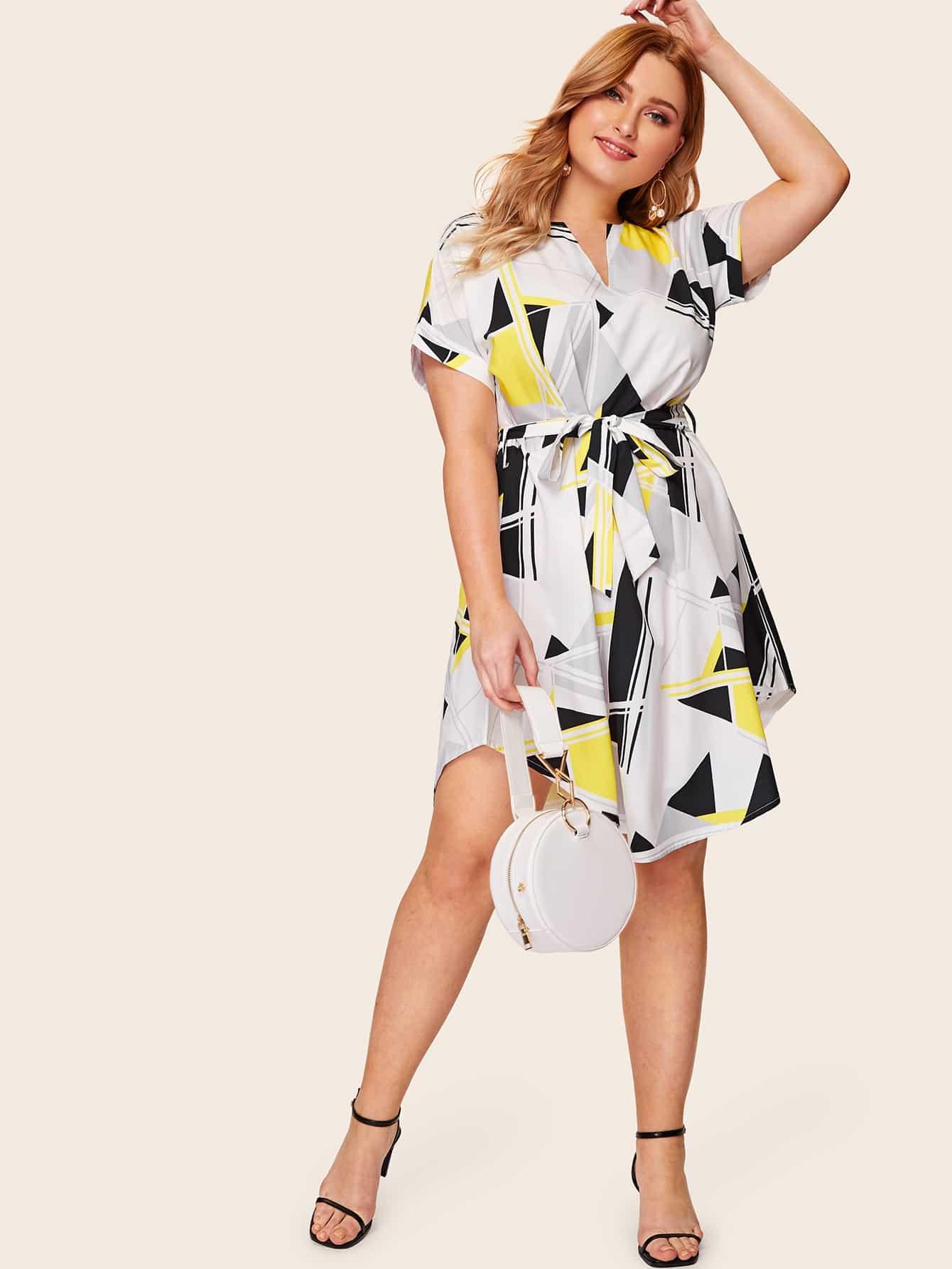 Размера плюс платье-рубашка с изогнутым краем и графическим принтом