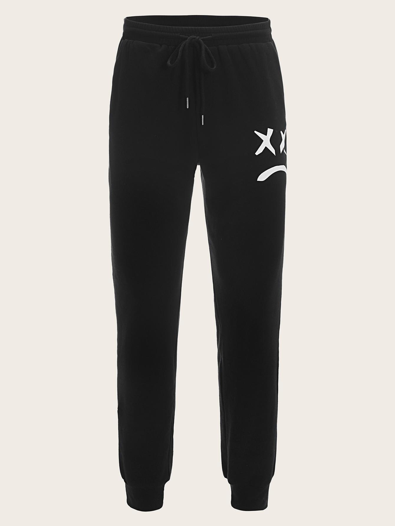 Фото - мужские спортивные брюки на кулиске с мультяшным принтом от SheIn черного цвета