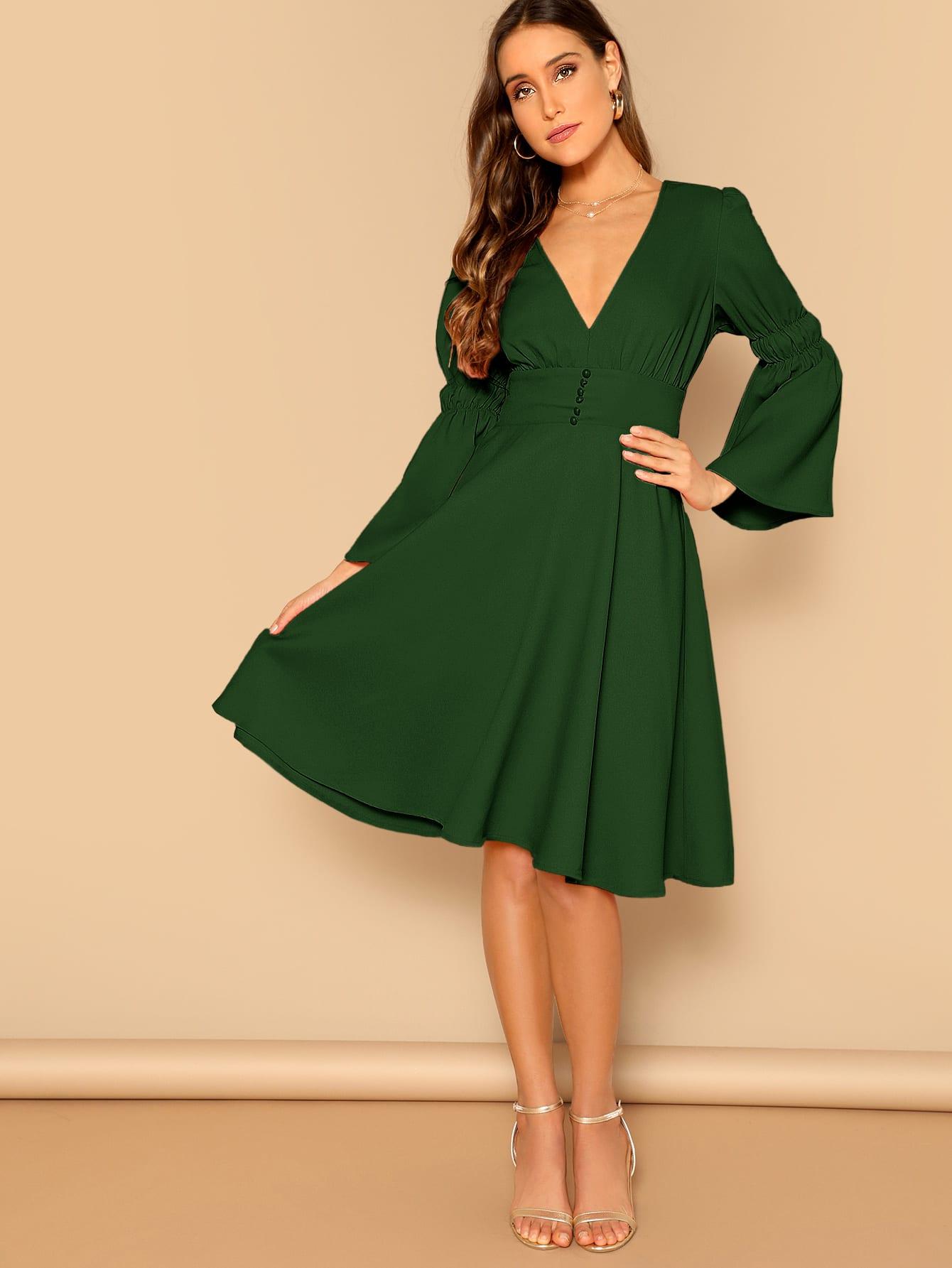 Фото - Платье с пуговицами и оригинальным рукавом и глубоким V-образным вырезом от SheIn цвет зелёные