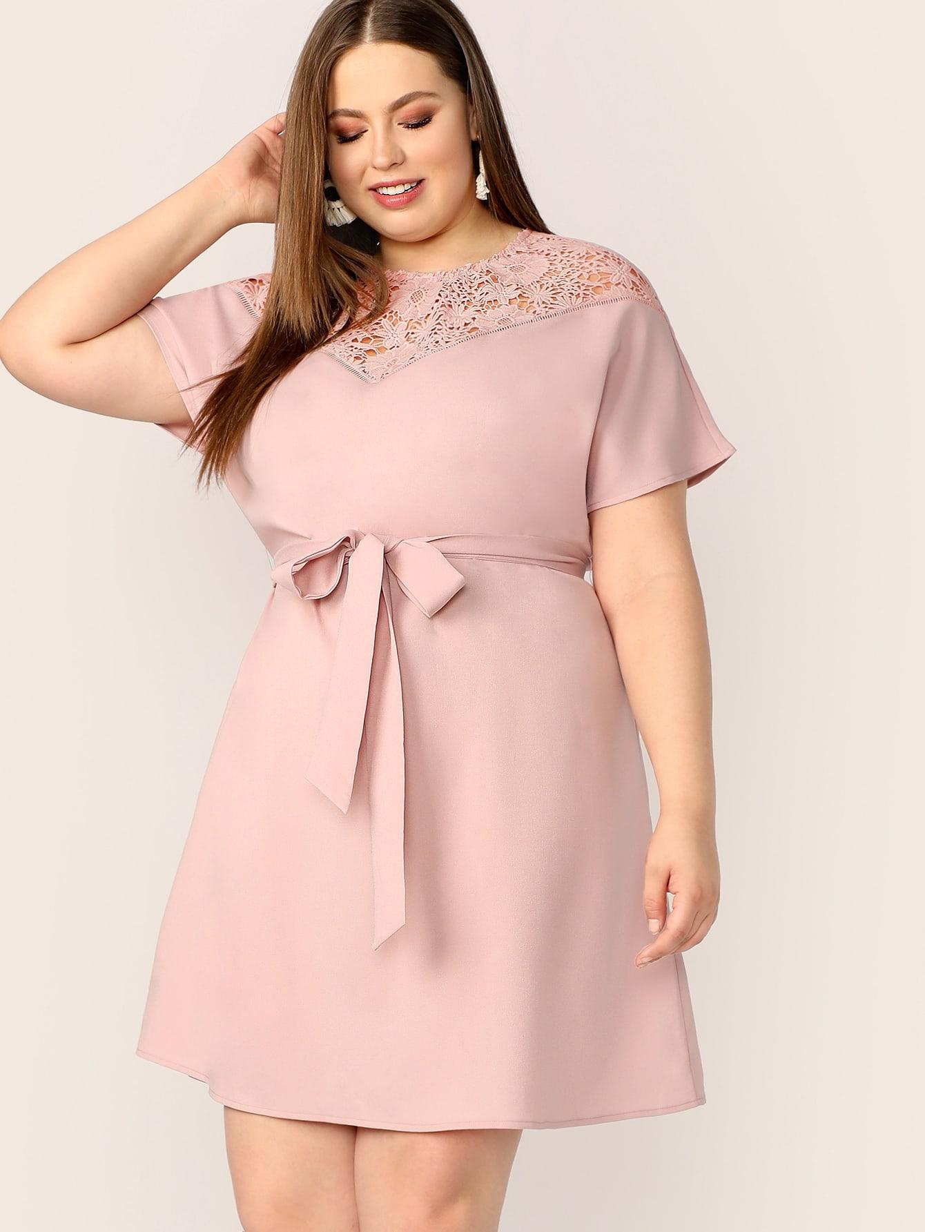 Размера плюс платье с поясом и кружевами