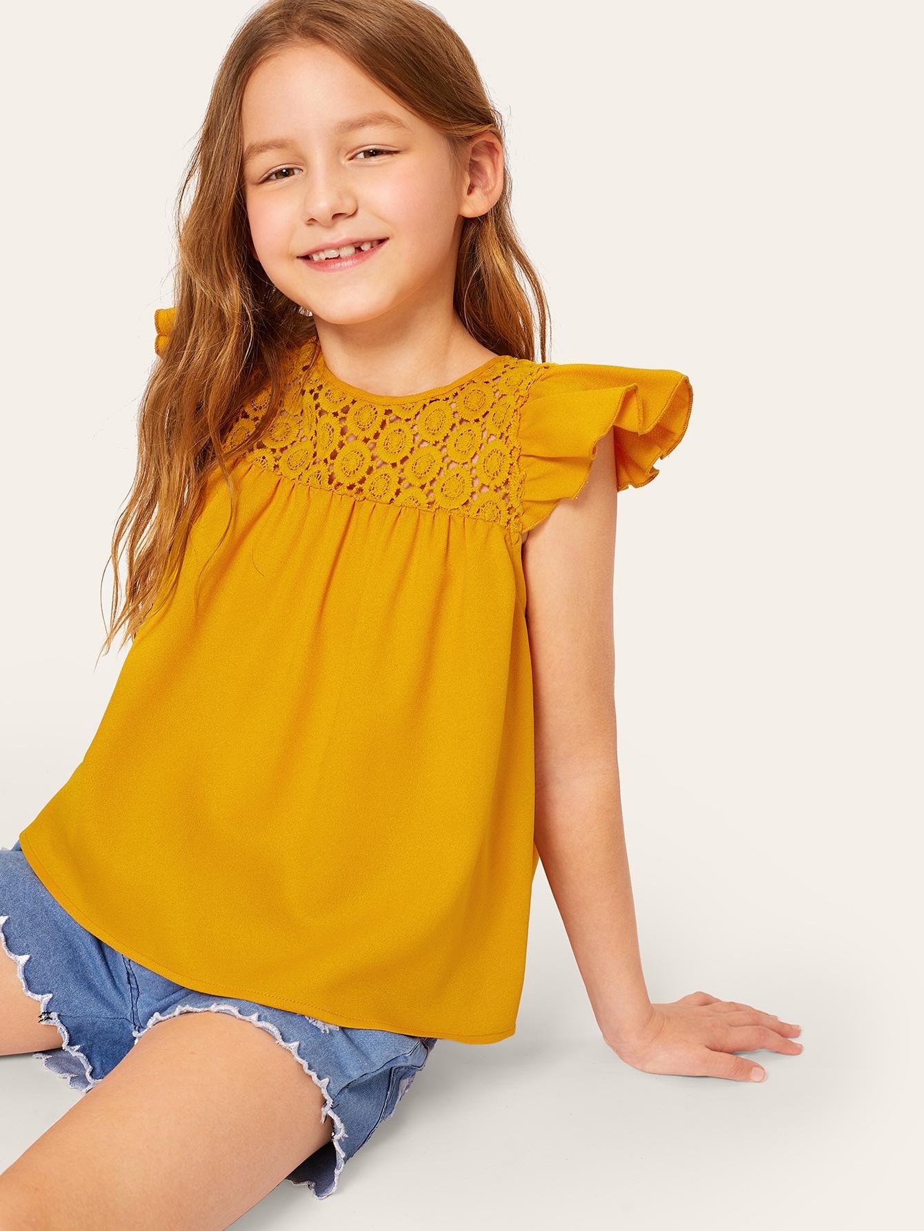Фото - Блузку с оборкой и кружевной вставкой для девочек от SheIn желтого цвета