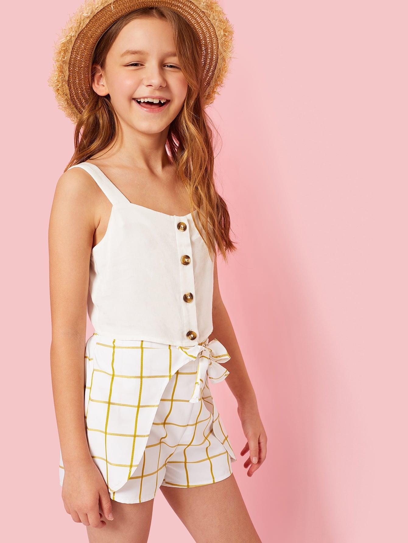 Фото - Топ на бретелях с пуговицами и шорты в клетку с узеллом комплект для девочек от SheIn белого цвета
