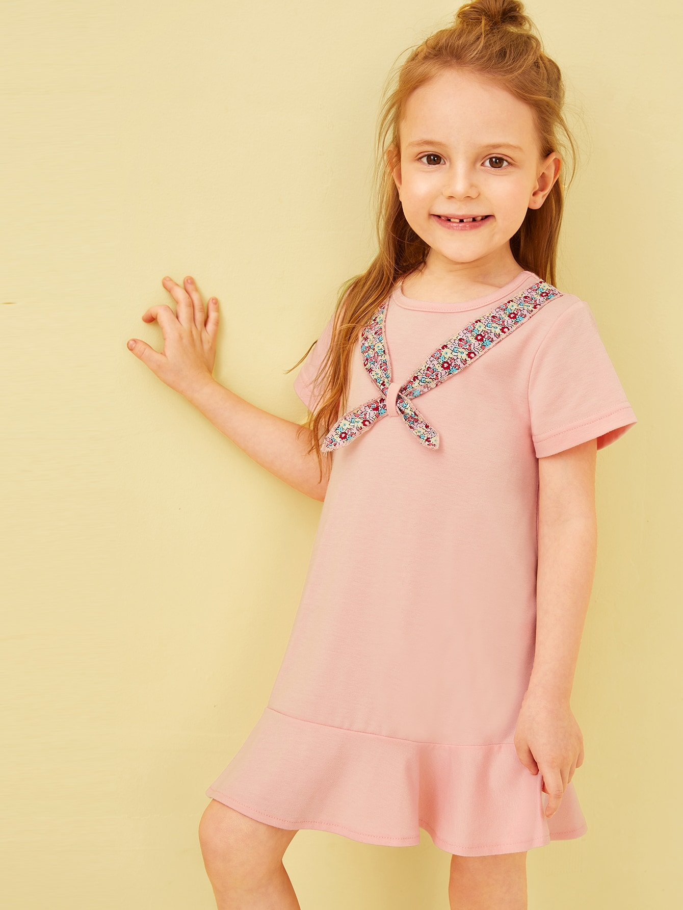 Фото - Платье-рубашка с бантом и оборкой для маленьких девочек от SheIn цвет розовые