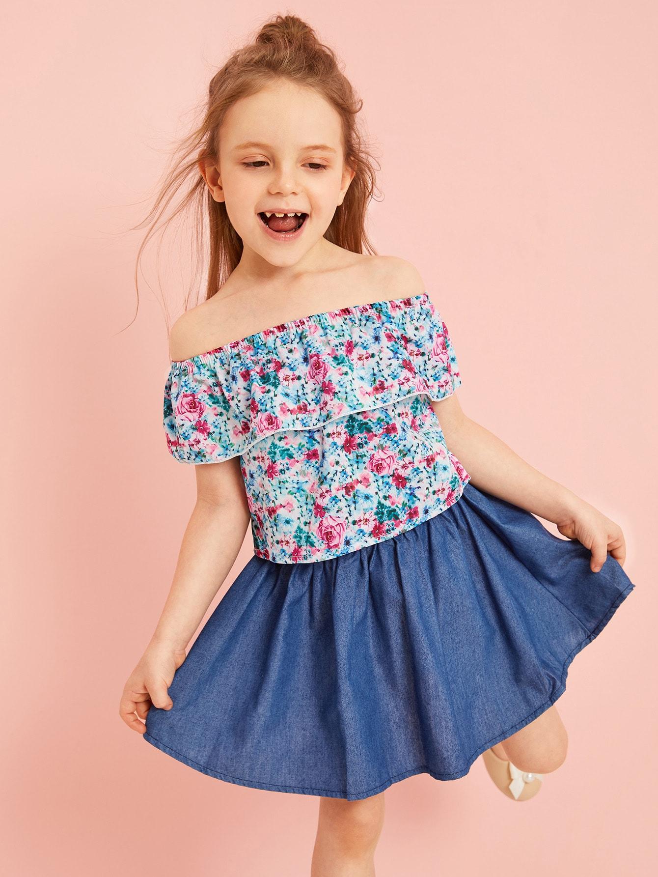 Фото - Цветочный топ и джинсовая юбка для маленьких девочек от SheIn цвет многоцветный