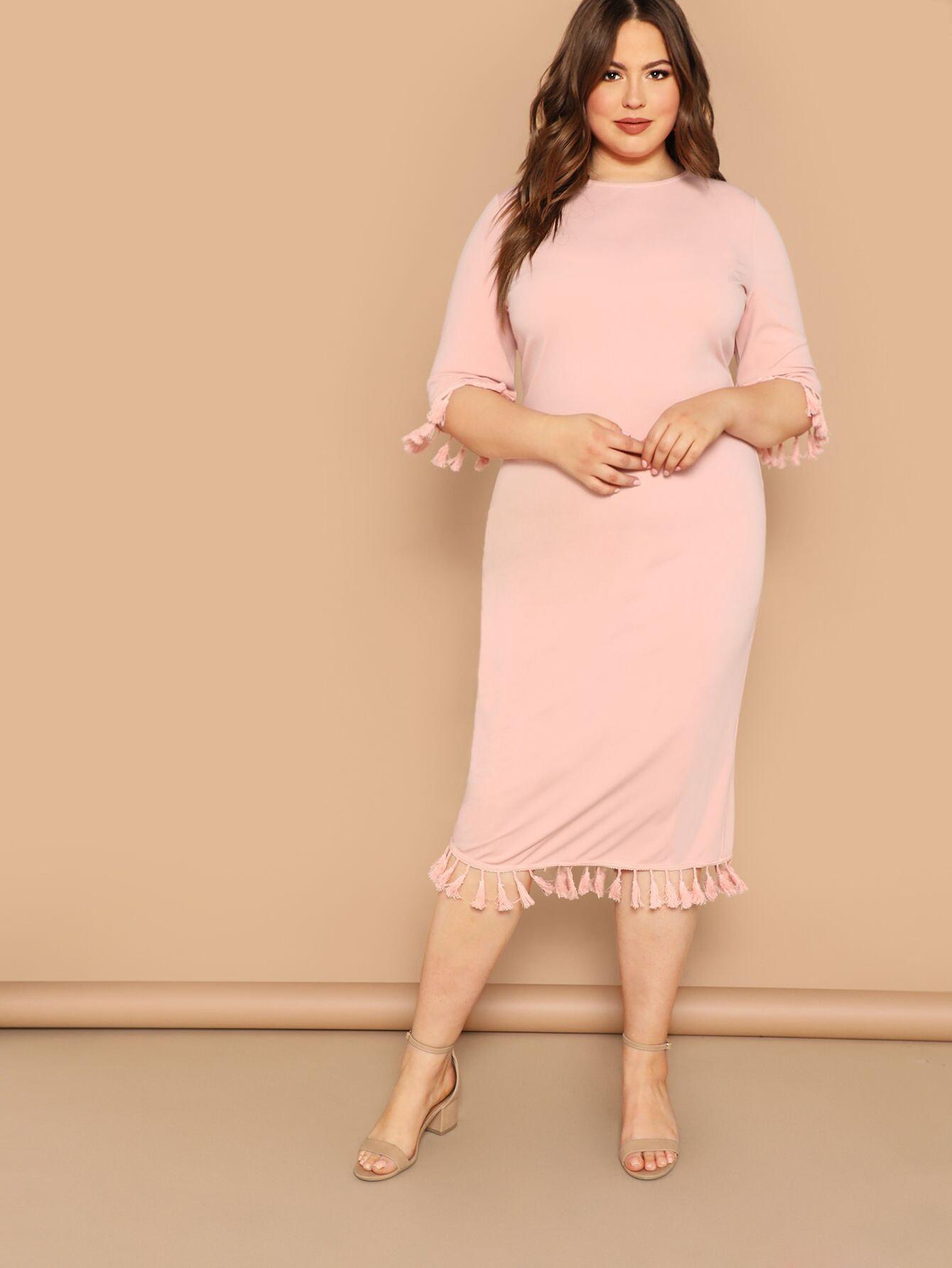 Размер плюс приталенное платье с бахромой