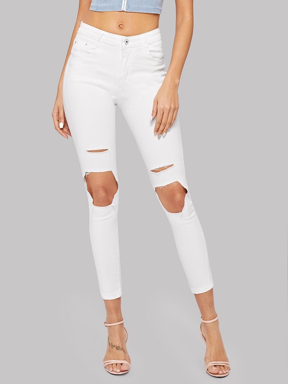 Рваные обтягивающие джинсы с карманами